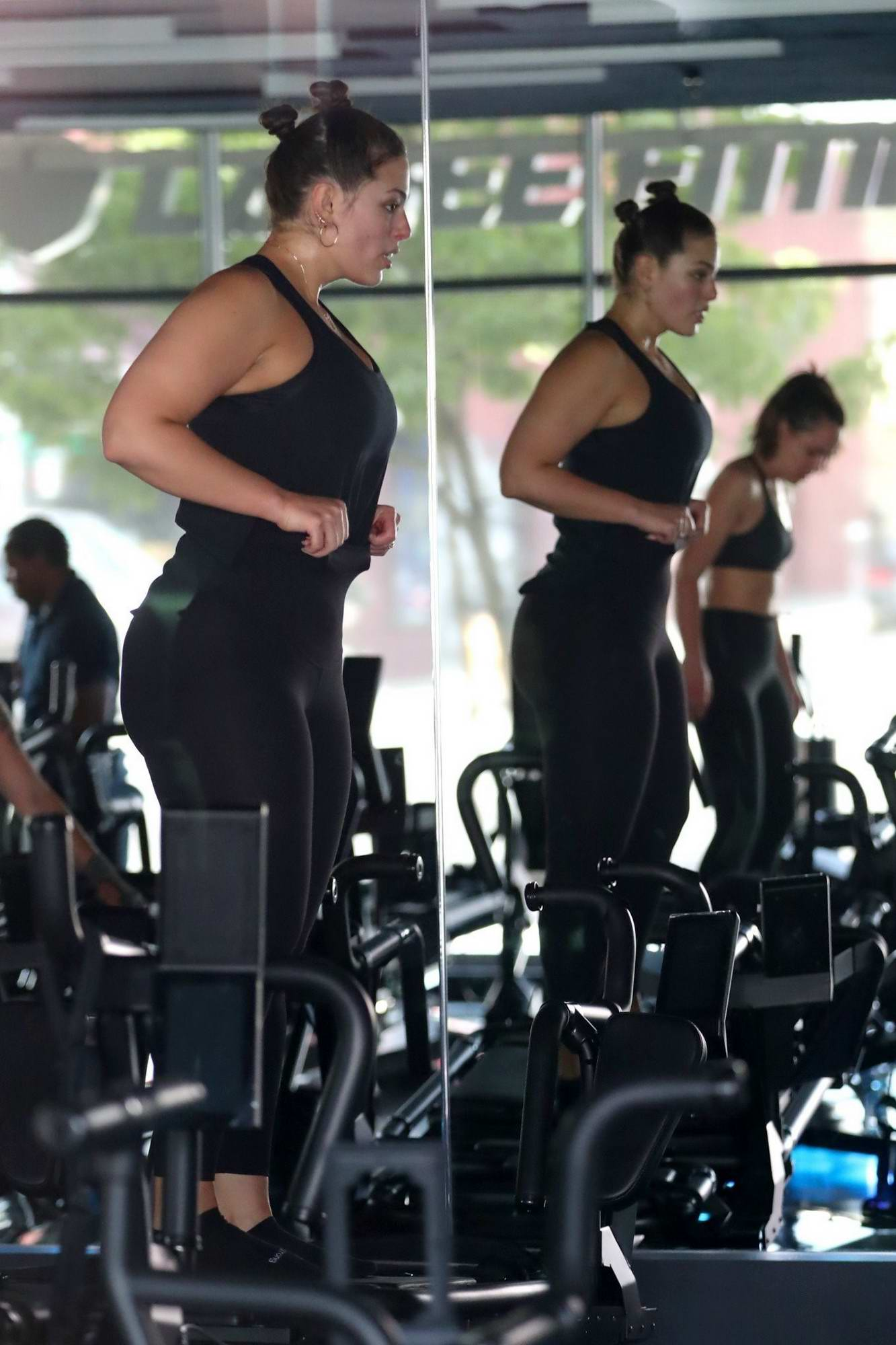 d36a03bab42f7 ashley graham working out in a gym with her husband-240517_12