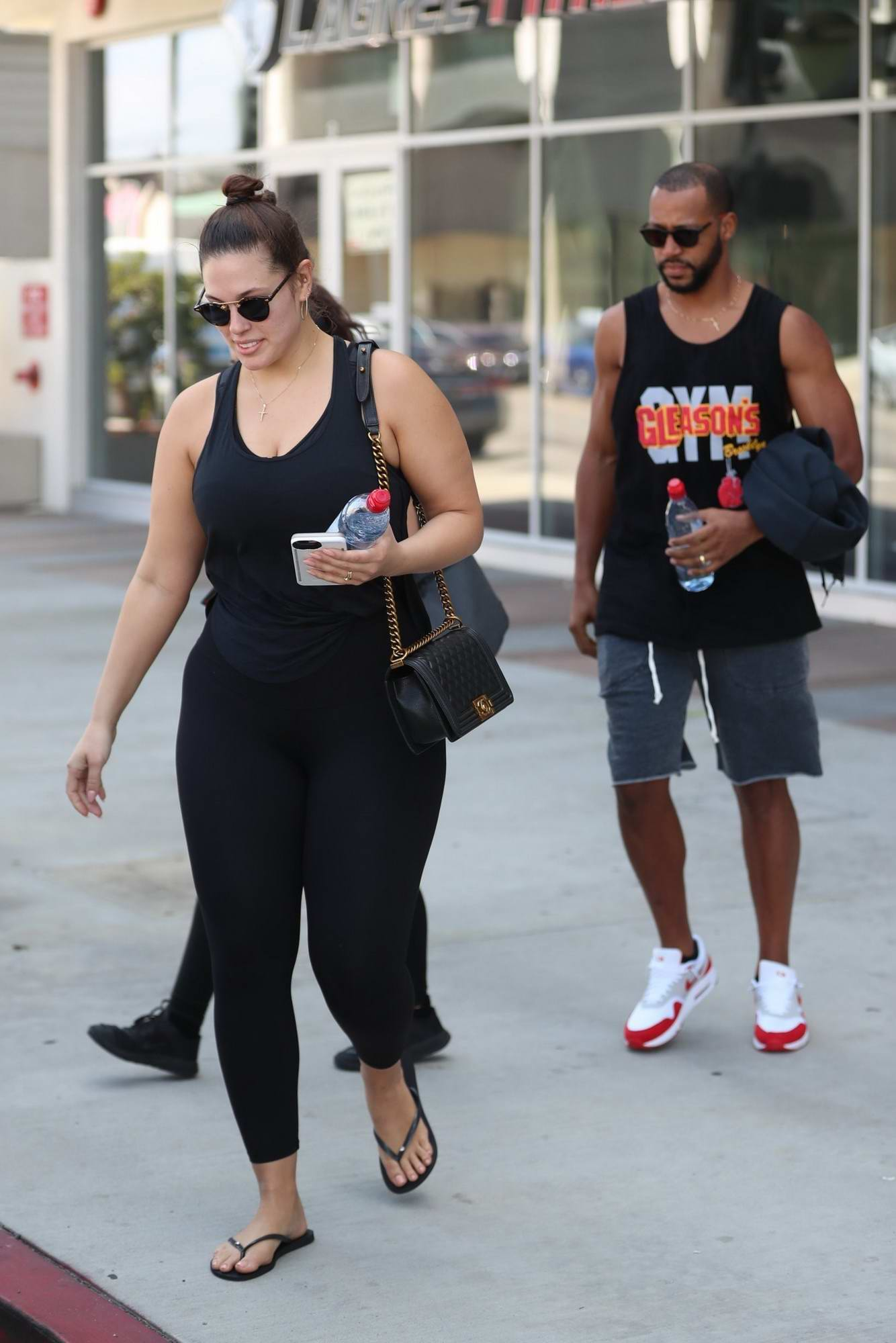 678630ab96f61 ashley graham working out in a gym with her husband-240517_15