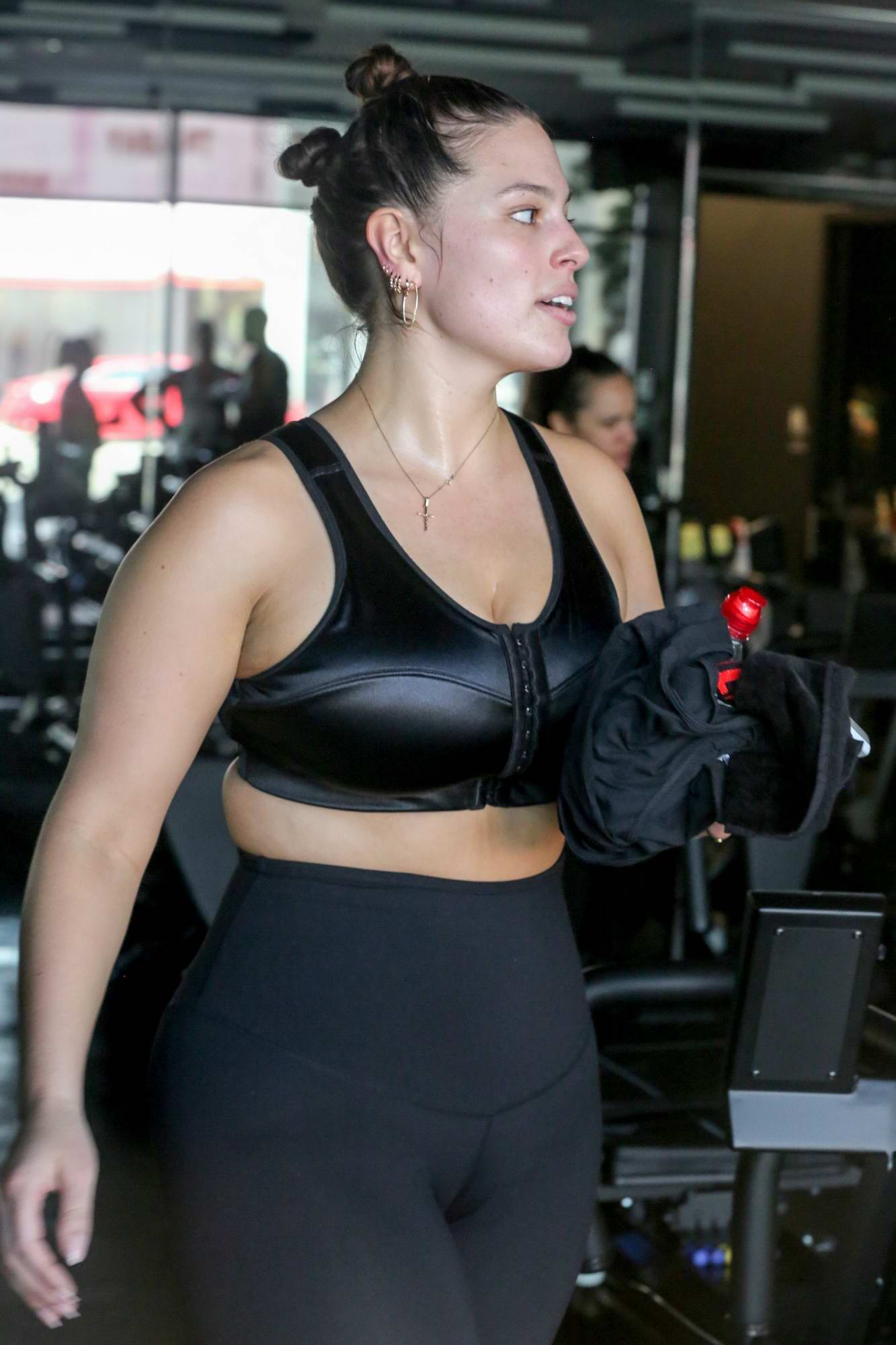 95241215225ba ashley graham working out in a gym with her husband-240517_21