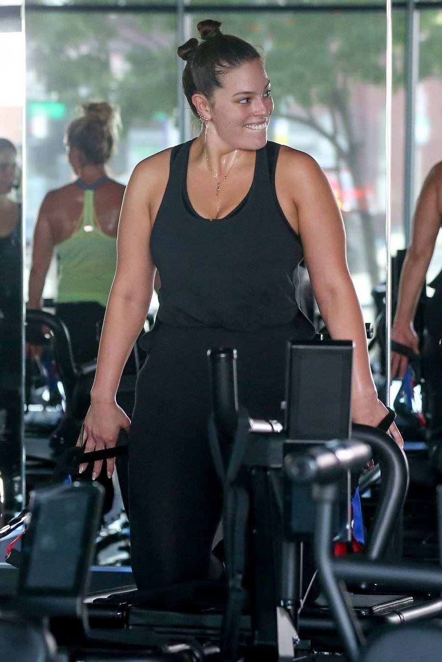5884df2169106 ashley graham working out in a gym with her husband-240517_25