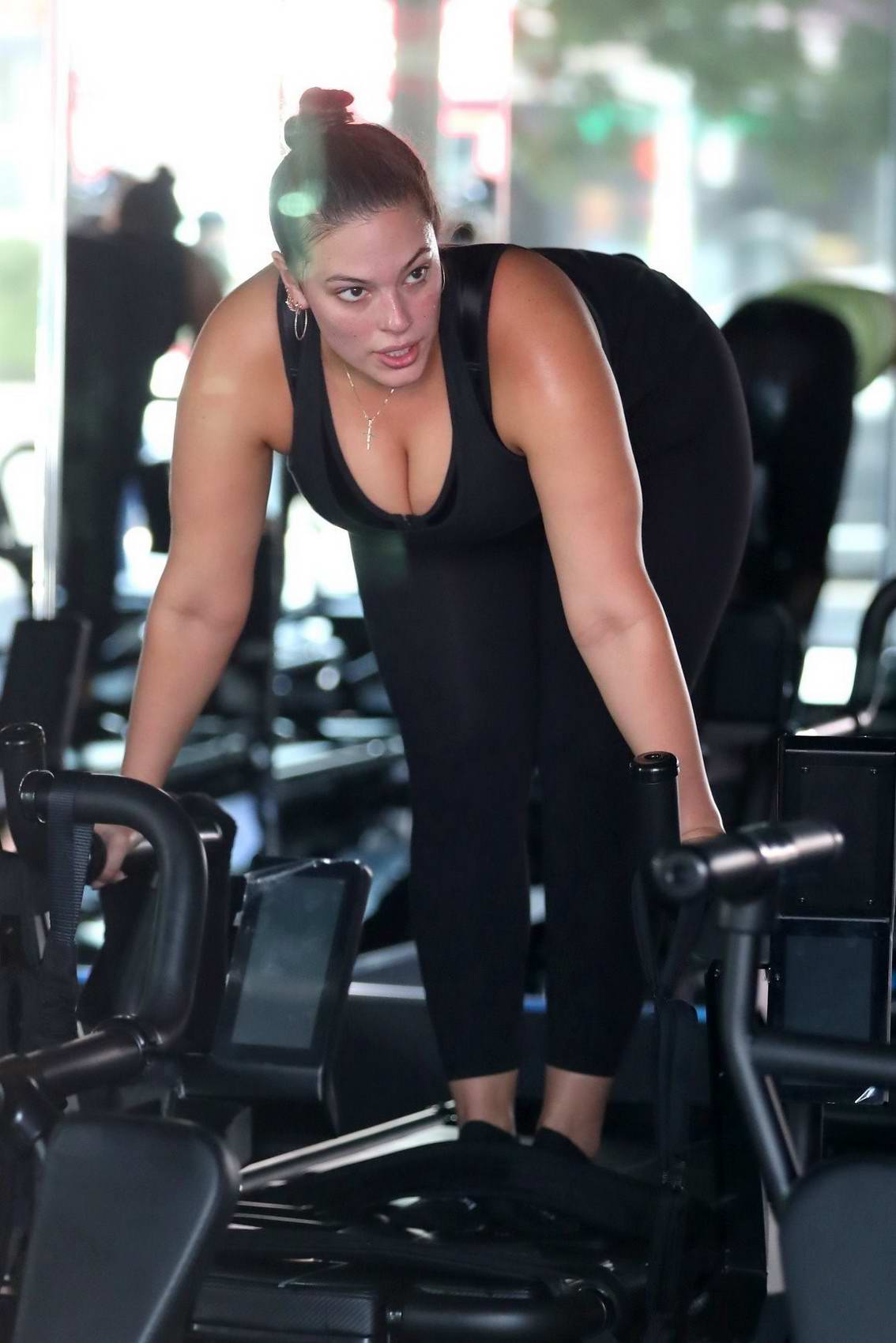 8b348b7f10c02 ashley graham working out in a gym with her husband-240517_9