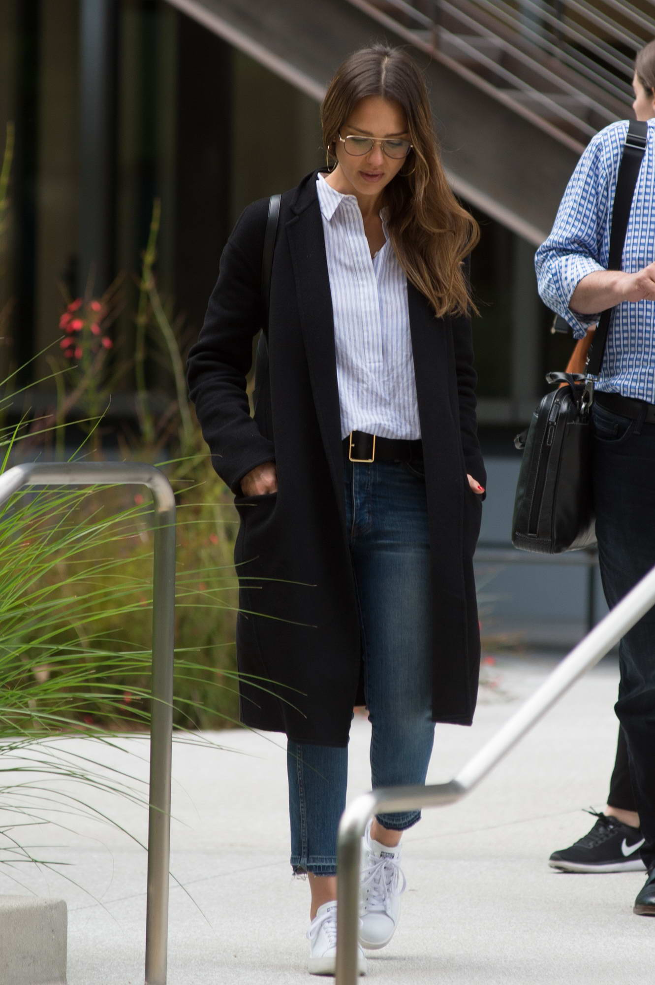 jessica alba spotted exiting an office building in los angeles-120517_8