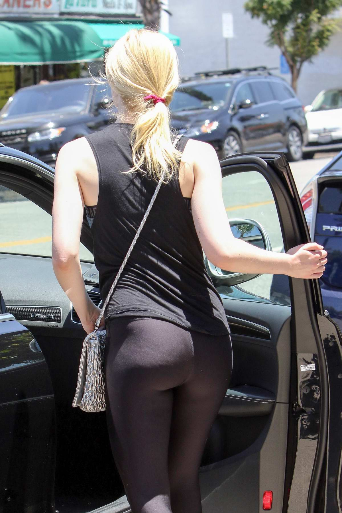elle fanning in yoga pants leaving gym in los angeles-130617_1