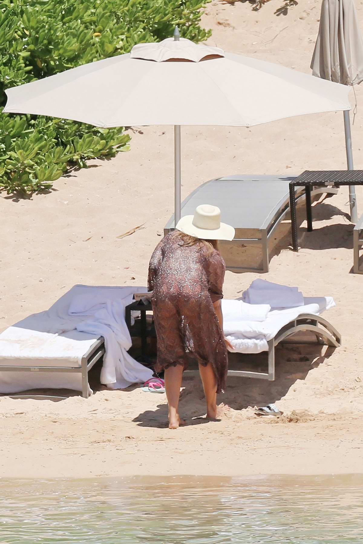 Jessica Alba in a Bikini relaxes by the Beach while Vacationing in Honolulu, Hawaii