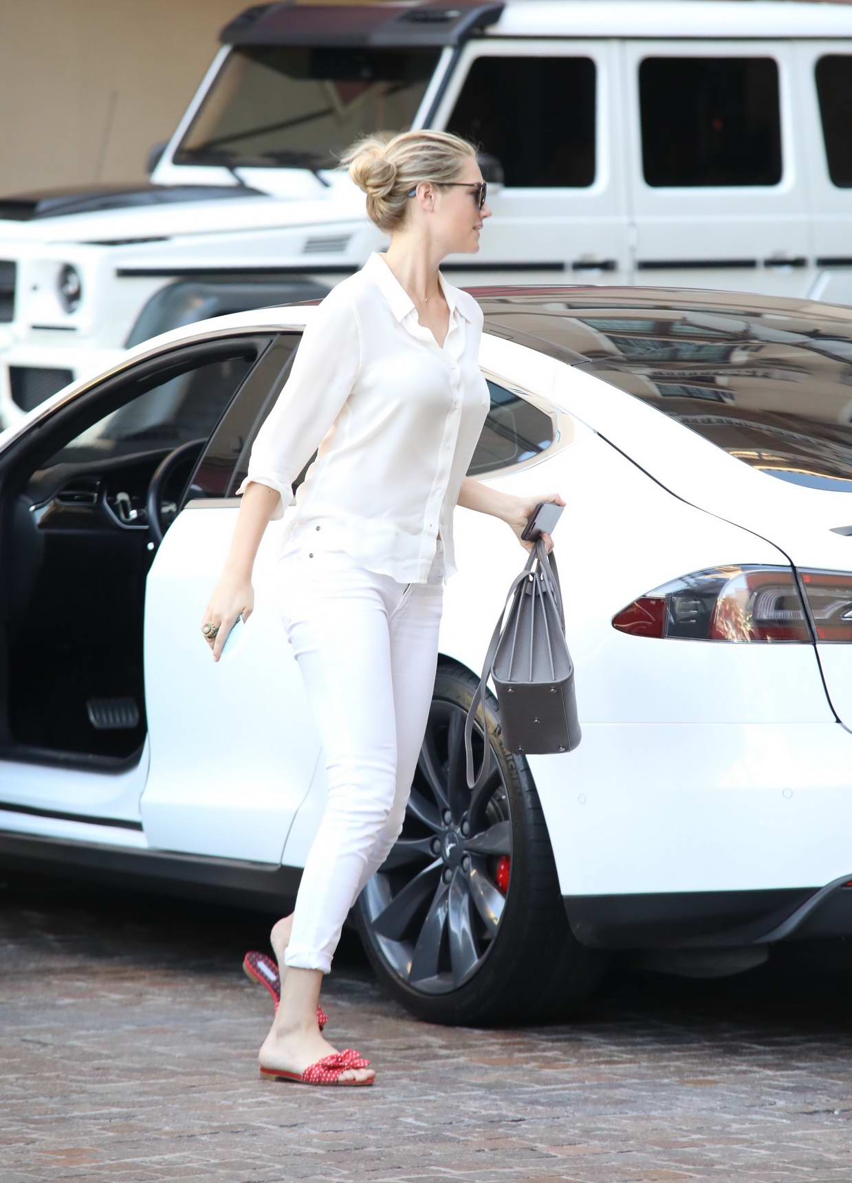 Kate Upton checks in and out of valet of a Hotel in New York