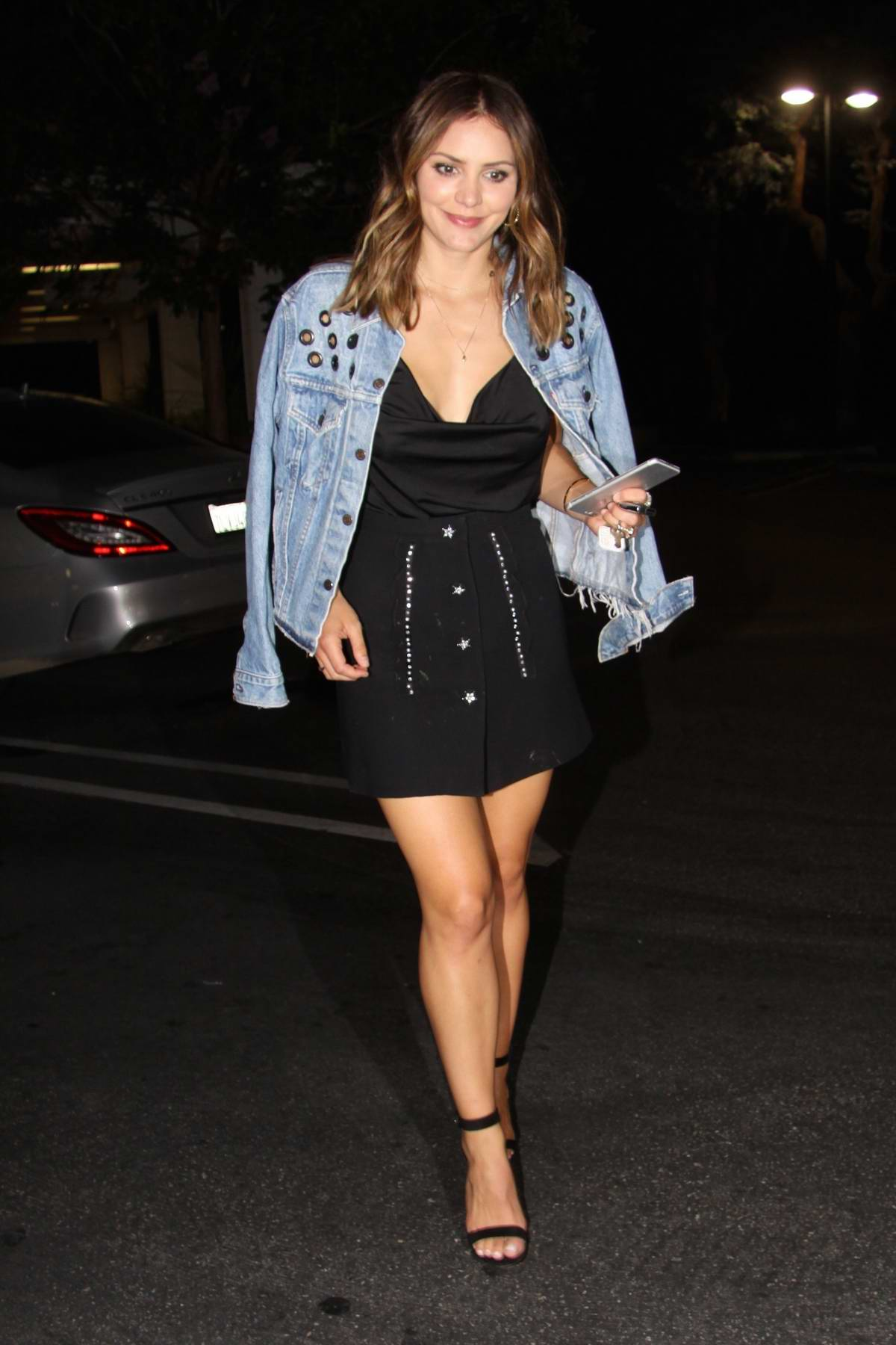 Katharine McPhee keeps it trendy in a casual outfit as she dines in Los Angeles