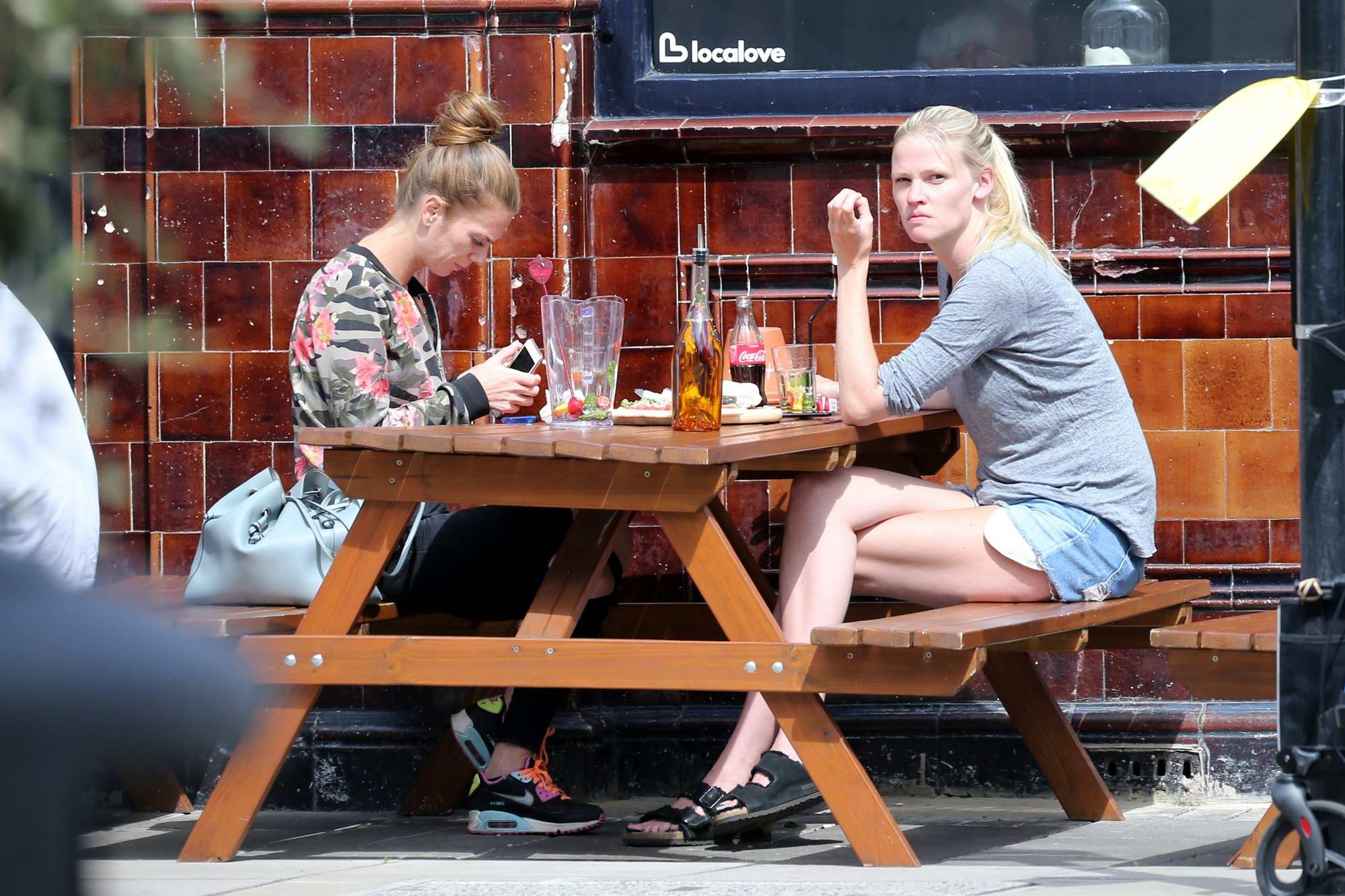 Lara Stone is seen enjoying an Al Fresco lunch with a girlfriend in North London