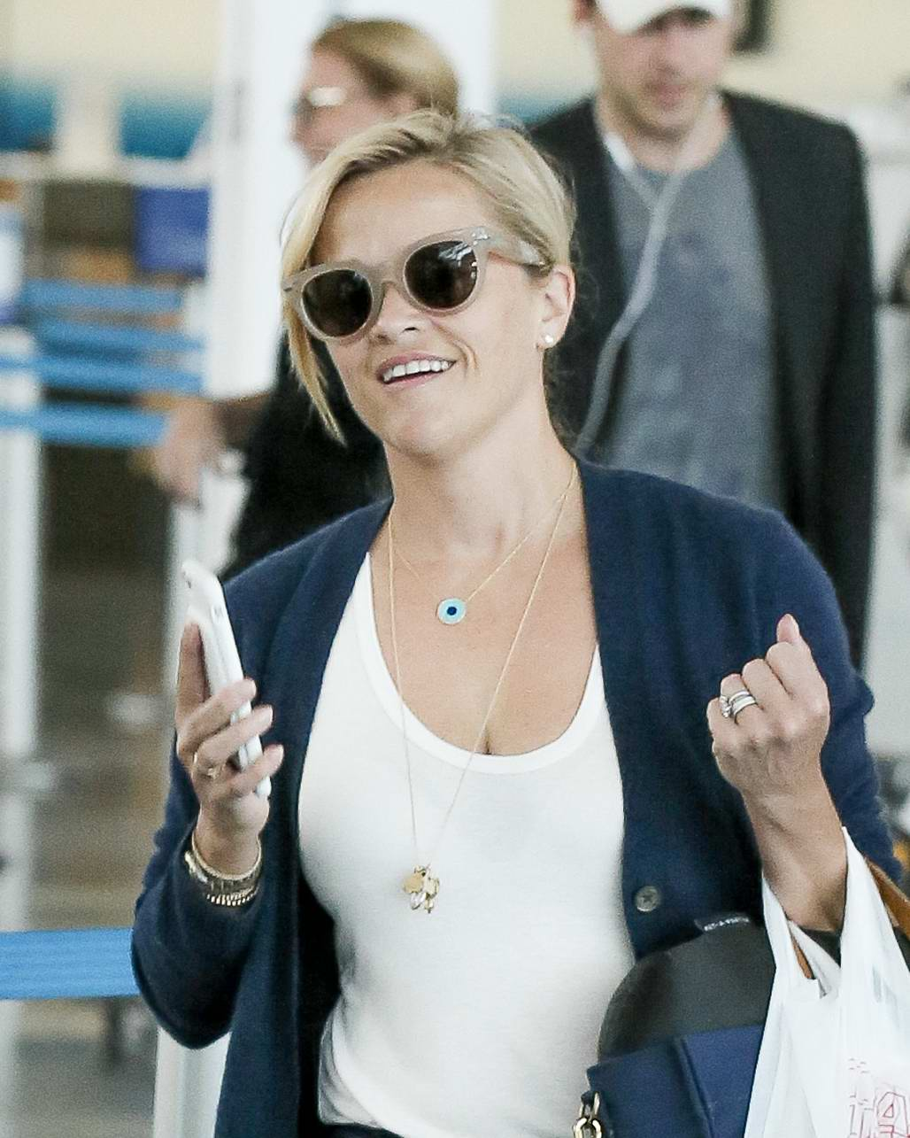 Reese Witherspoon Shows Off A New Short Haircut At Jfk Airport In New York 180817 7