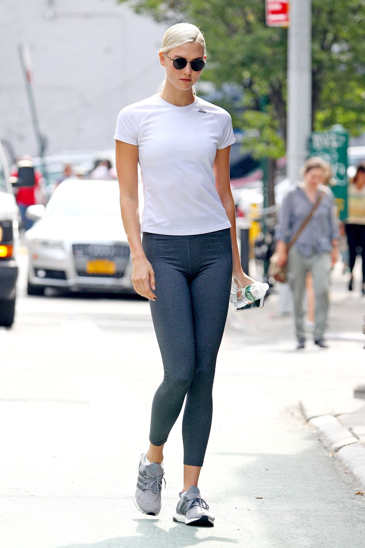karlie kloss getting a workout at a gym ...