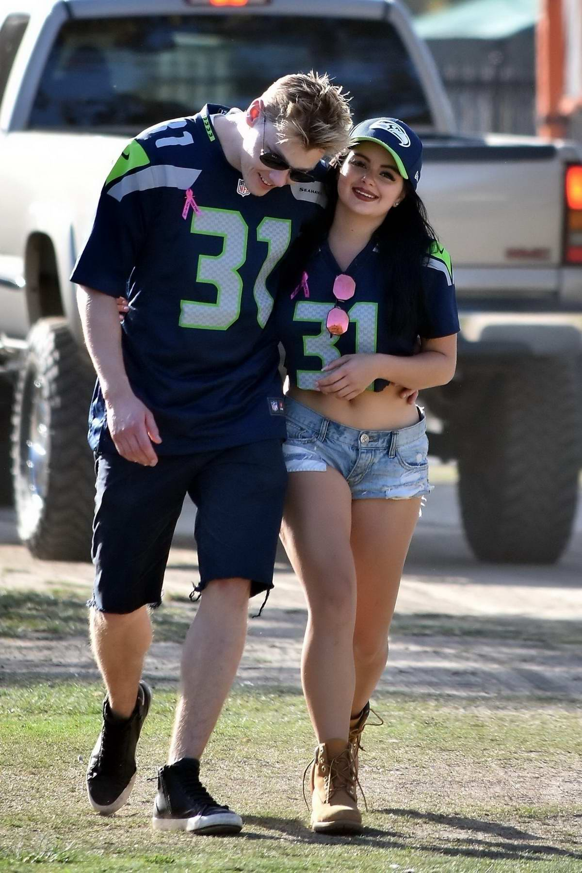 ariel-winter-wears-a-crop-top-and-denim-shorts-at-the-seattle-seahawks-vs-los-angeles-rams-game-in-los-angeles-081017_9.jpg