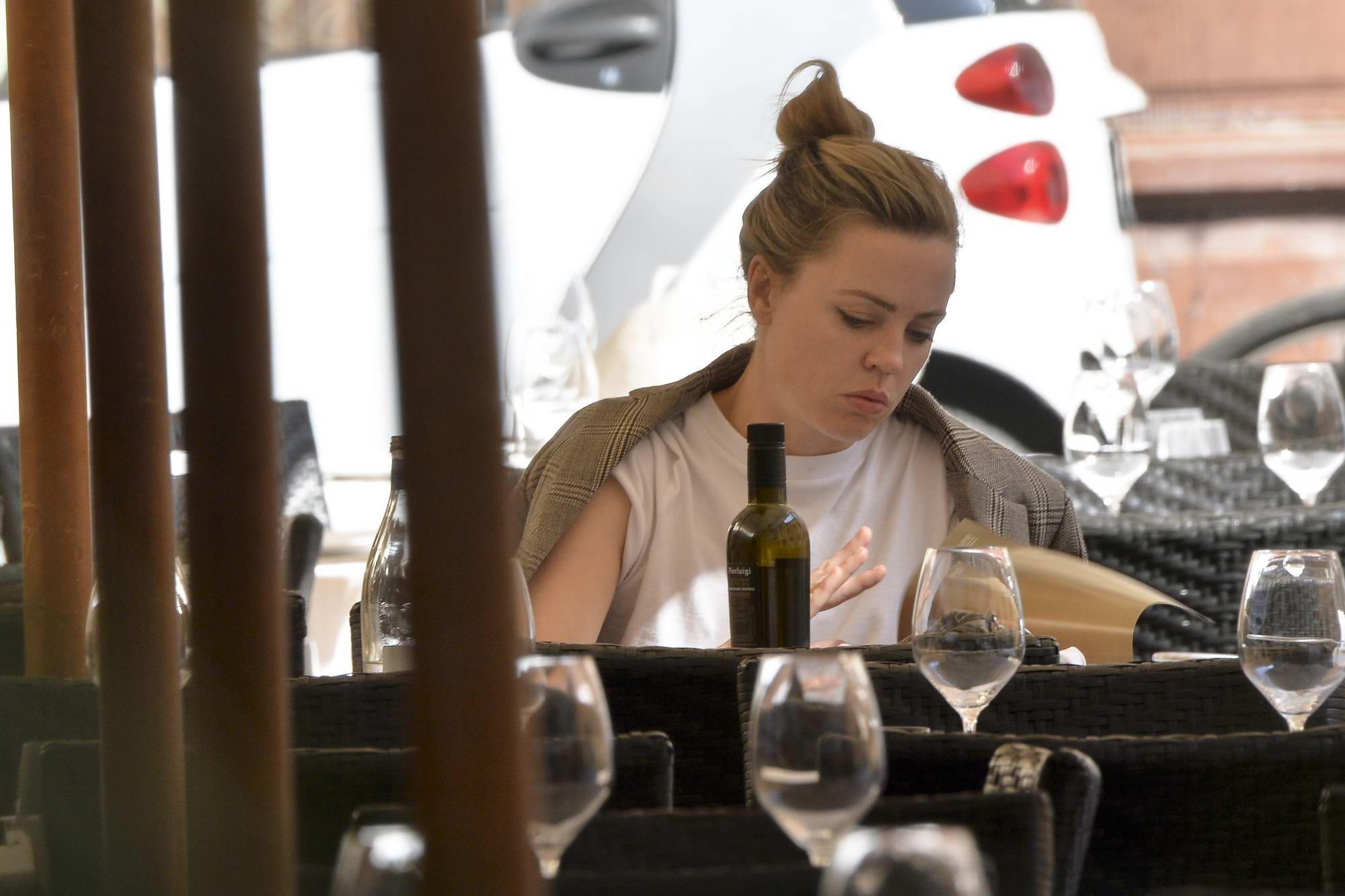 Melissa George is seen having lunch alone in Pierluigi's Restaurant in Rome, Italy