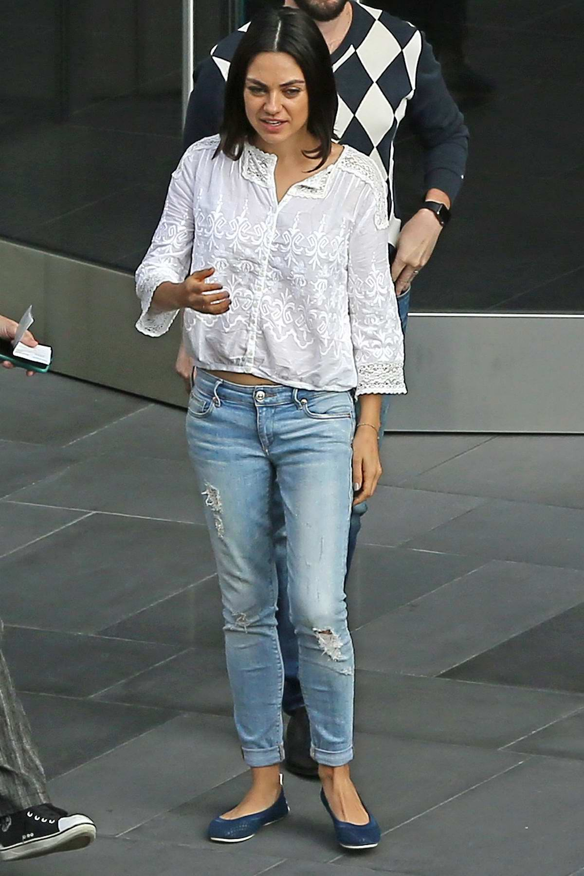 308eb96dce4 mila kunis spotted running errands in los angeles-201017 2