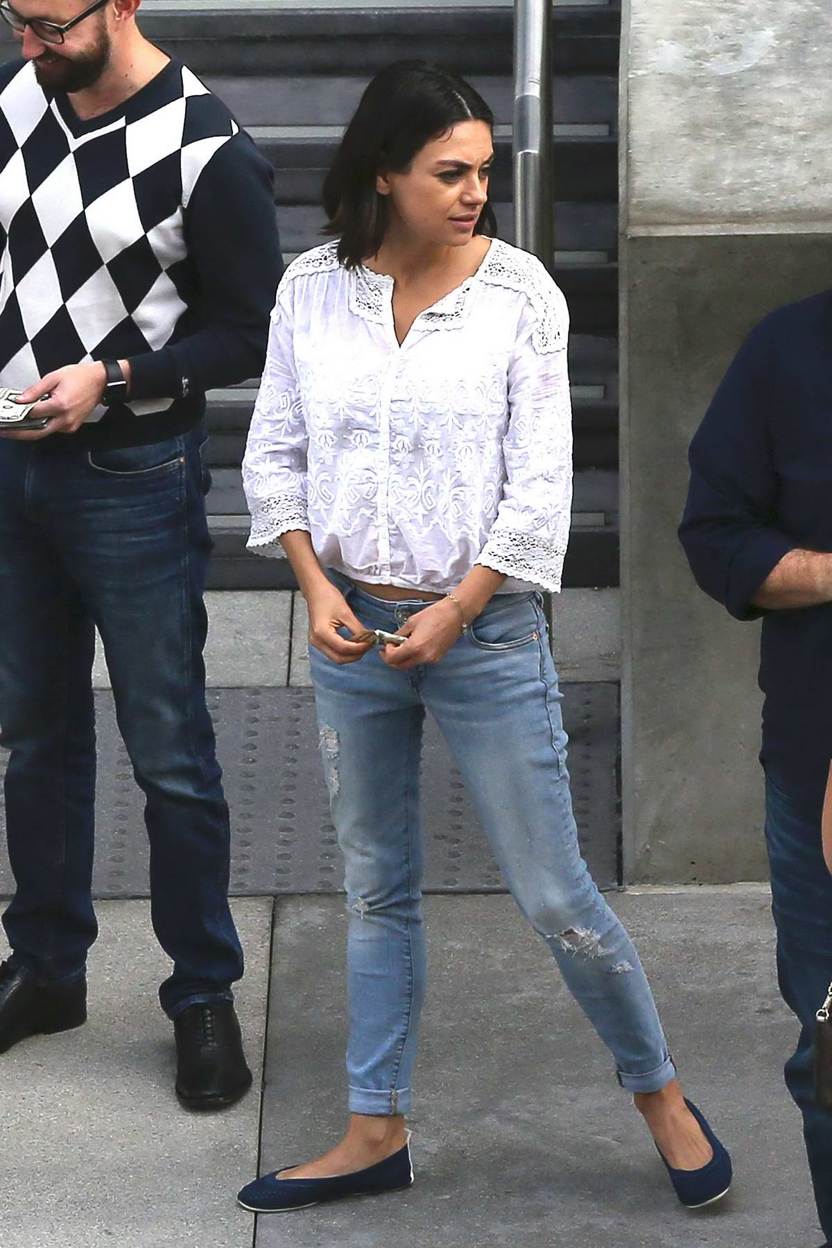 21014fa3476 mila kunis spotted running errands in los angeles-201017 4