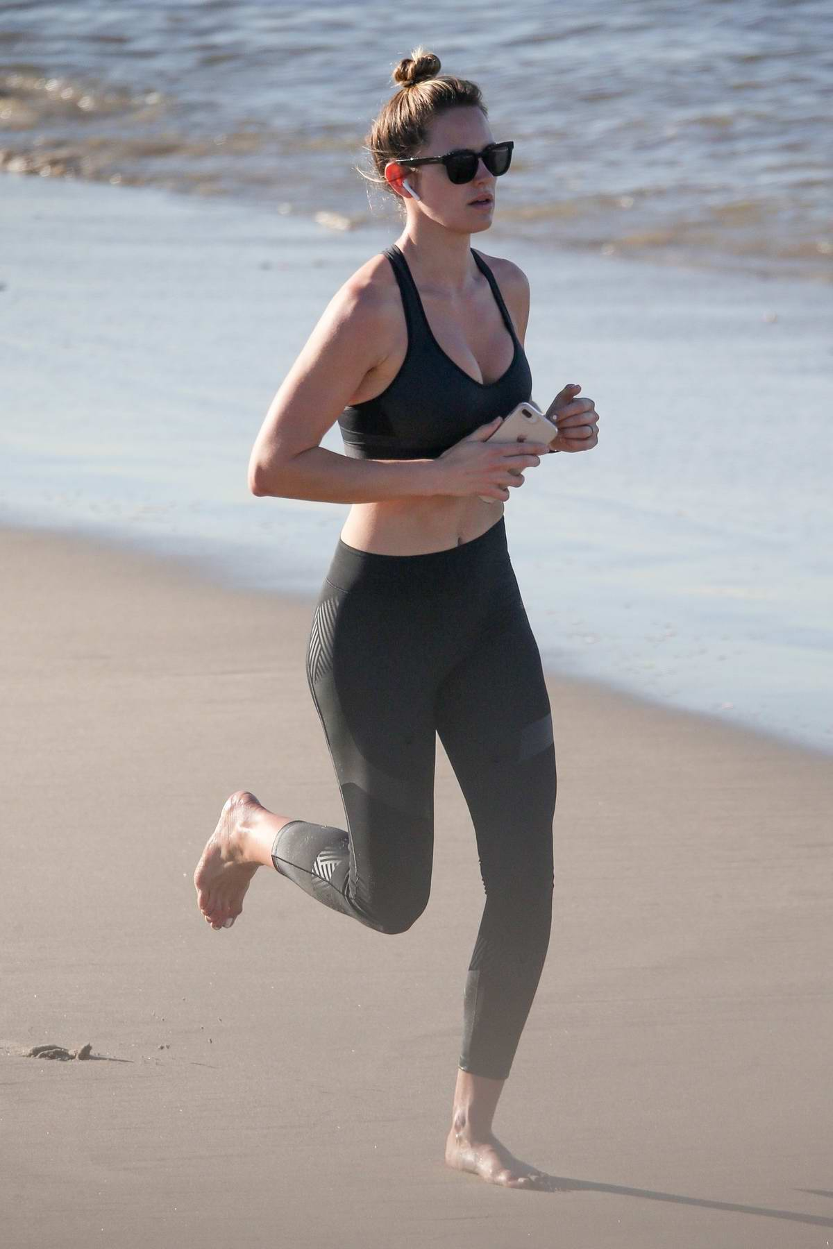 Jesinta Campbell out for a run on the beach in Venice, Los Angeles
