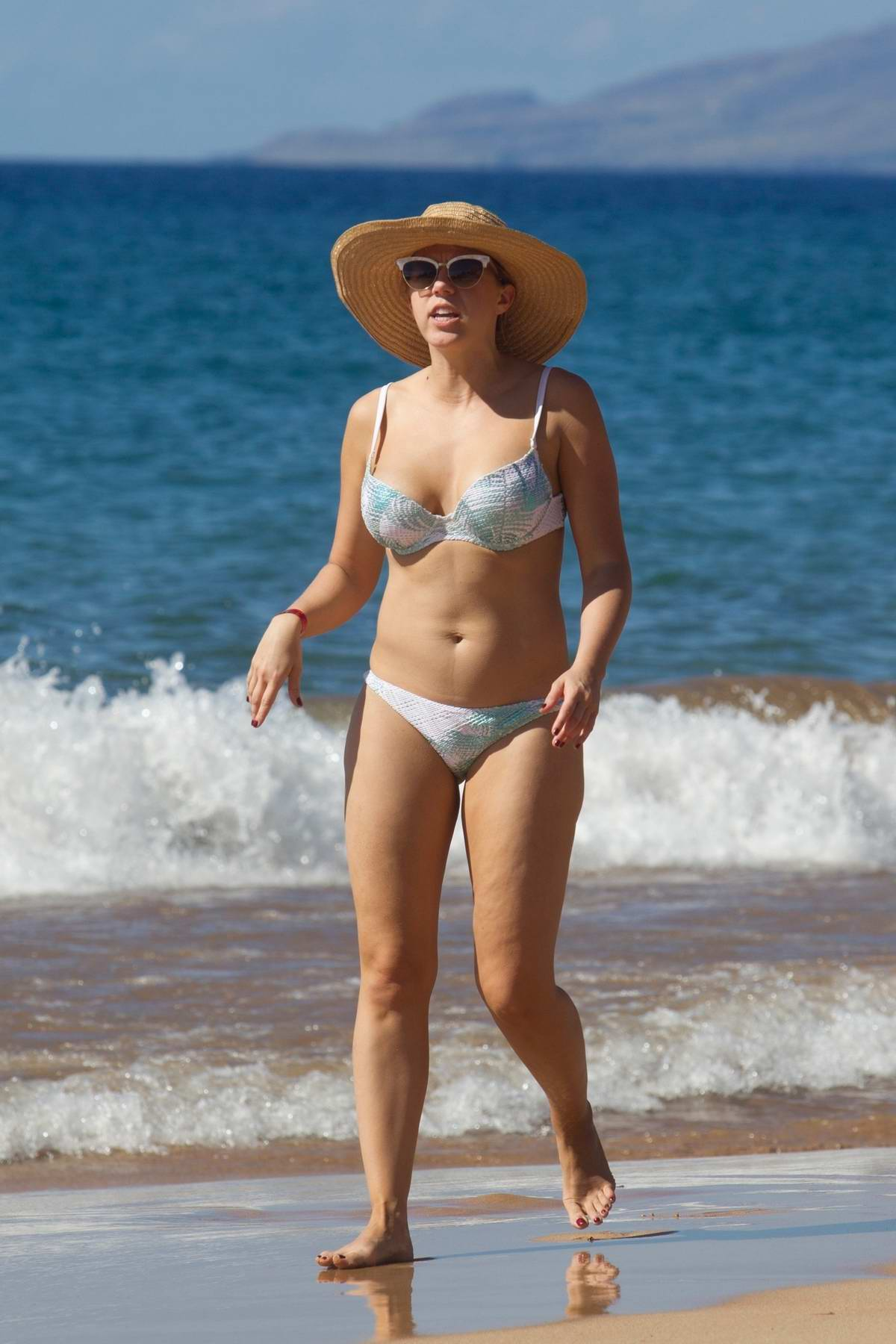 Jodie Sweetin hits the beach in her bikini in Maui, Hawaii