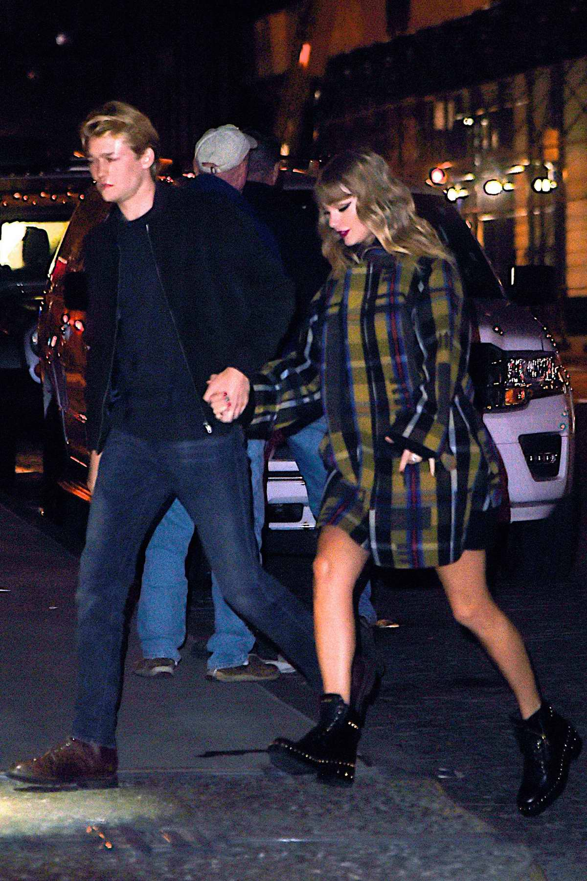 Taylor Swift returns home holding hands with Joe Alwyn after 2017 Jingle Bell Concert in New York City