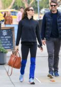 Jennifer Garner catch up with her friends over a coffee in Los Angeles