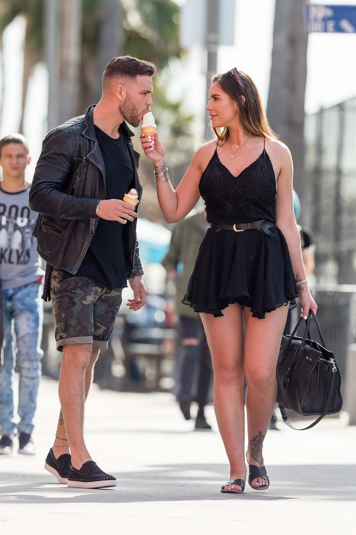 Jessica Shears and Dom Lever enjoys a stroll at Venice beach, Los Angeles