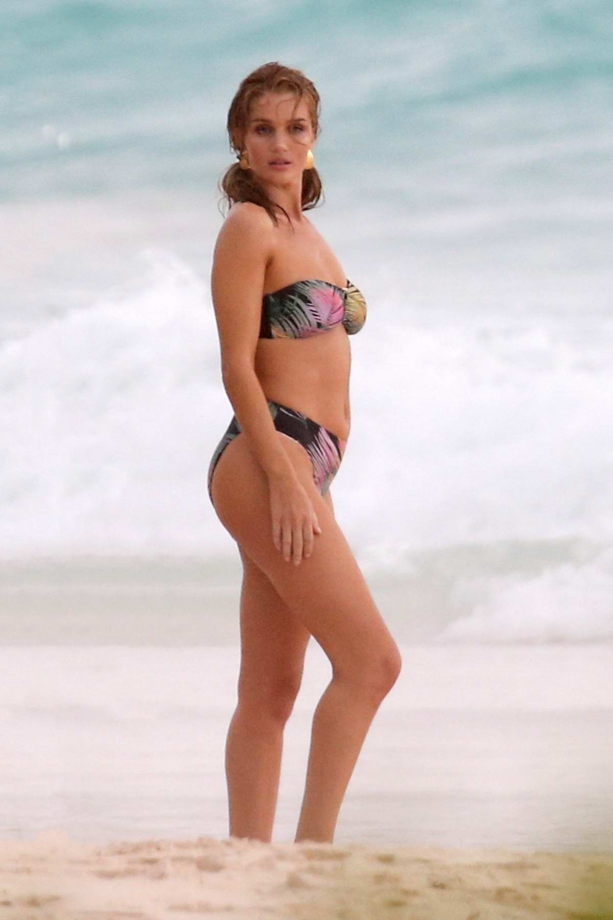 Rosie Huntington-Whiteley is seen wearing assorted bikinis during a photoshoot on the beach in The Bahamas - Set 01