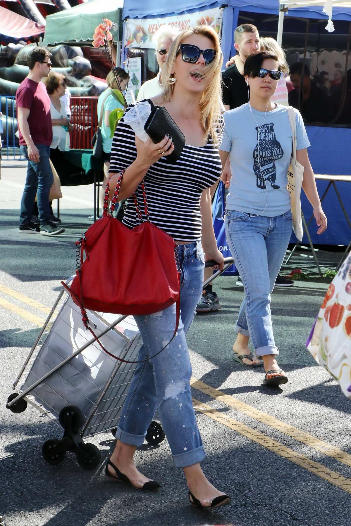 Jodie Sweetin visits the farmers market with a friend in Studio City, Los Angeles