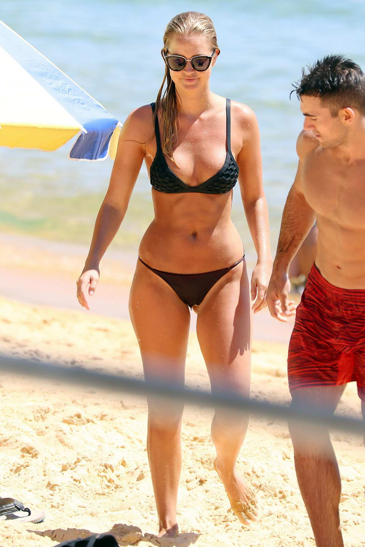 Renae Ayris wears a black bikini for a beach outing with her boyfriend at Bondi beach in Sydney, Australia