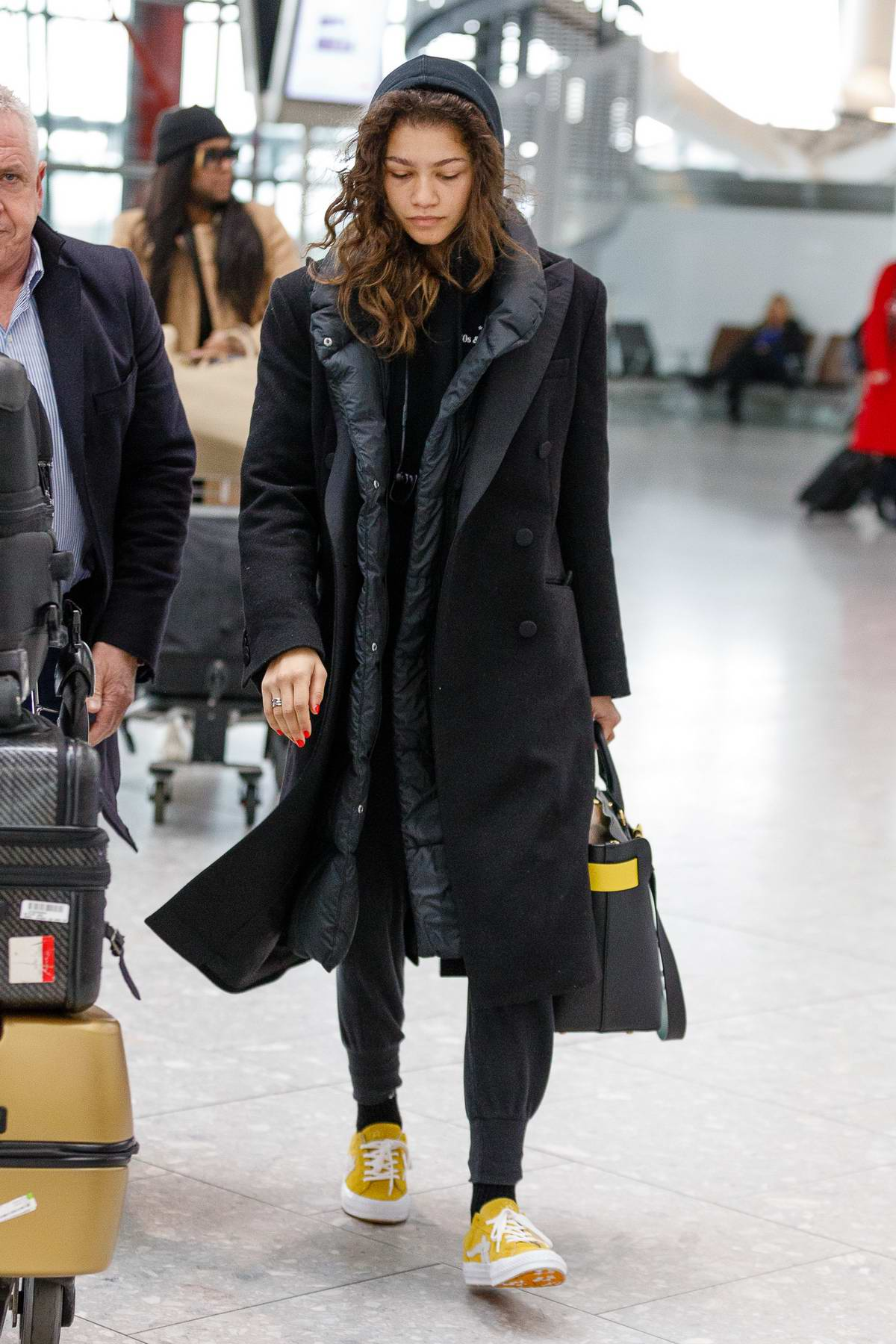 4a1d3472e2e3 zendaya coleman looks tired as she arrives at heathrow airport to fly out  of london-190218_1