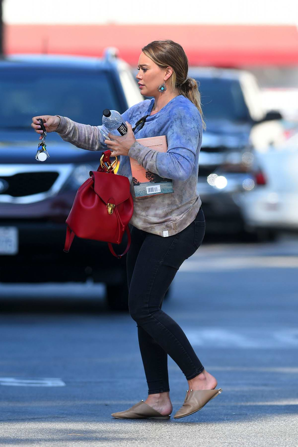 Hilary Duff swaps car with a friend while out in Los Angeles