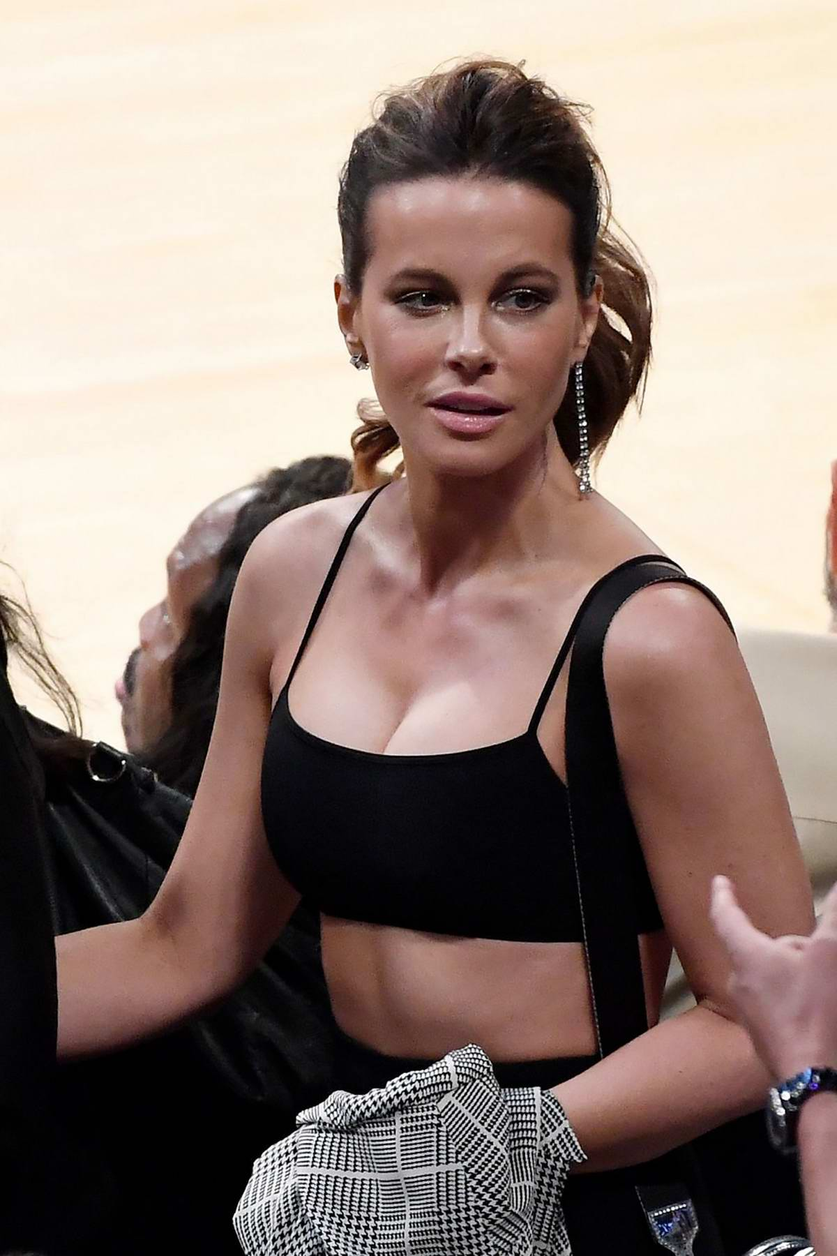 Kate Beckinsale attends the Los Angeles Lakers vs the Houston Rockets game at the Staples Center in Los Angeles