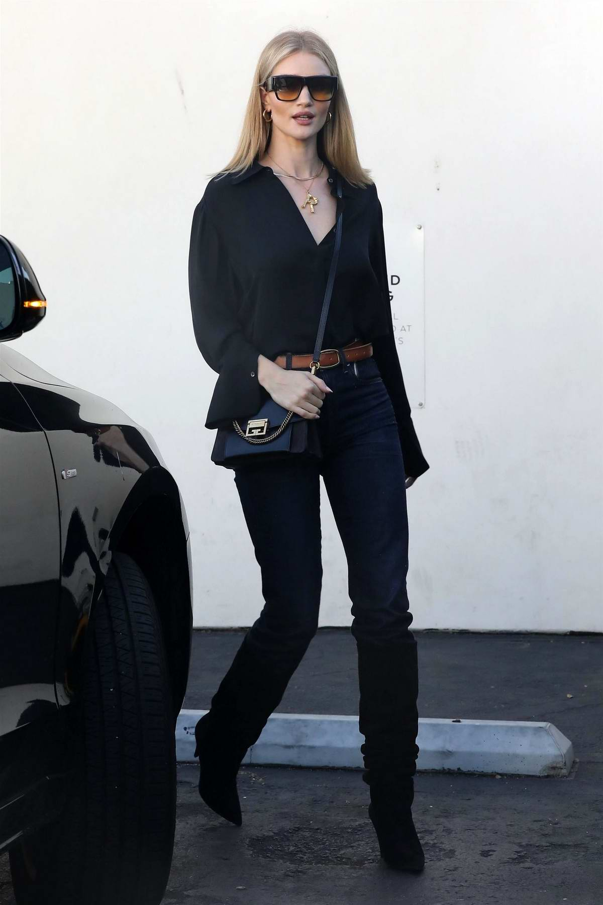 Rosie Huntington-Whiteley grabs lunch at E. Baldi with her friends before heading over to Alo Yoga for shopping in Beverly Hills, Los Angeles