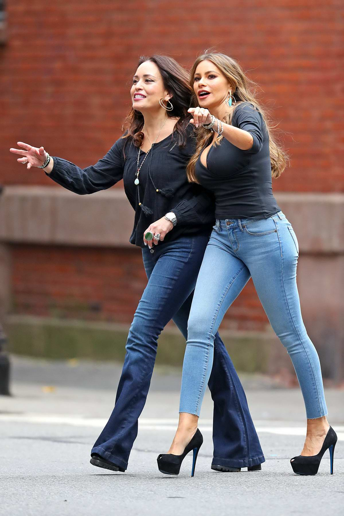 Sofia Vergara Seen Wearing A Formfitting Top Skinny Jeans