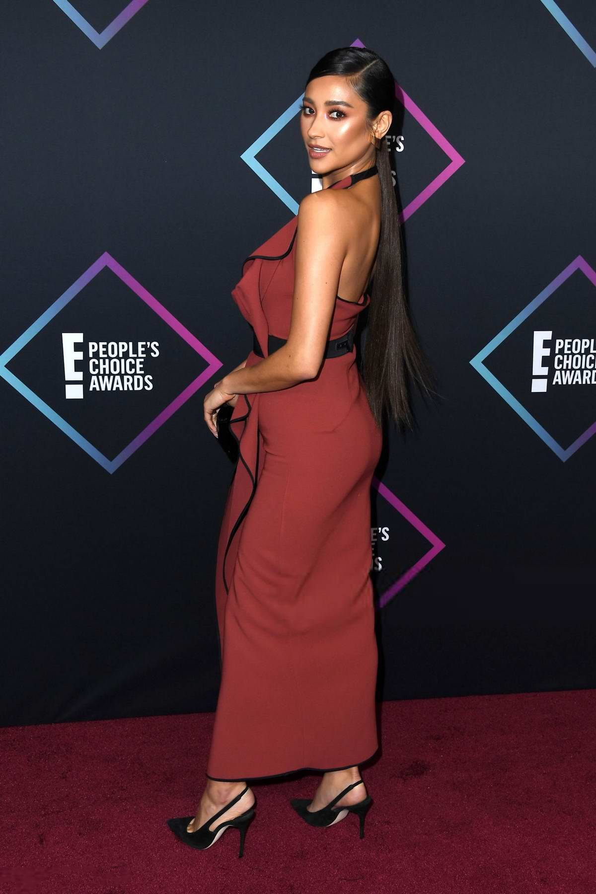 Shay Mitchell attends People's Choice Awards 2018 at Barker Hangar in Santa Monica, California