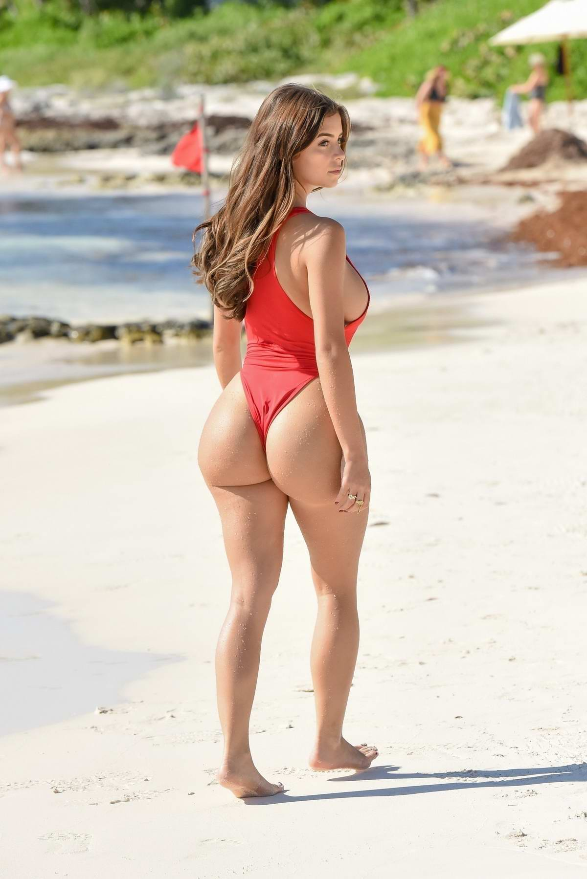 Les chixx du Prince (combat #3) Demi-rose-poses-in-a-red-bikini-during-a-beach-photoshoot-in-tulum-mexico-240119_2