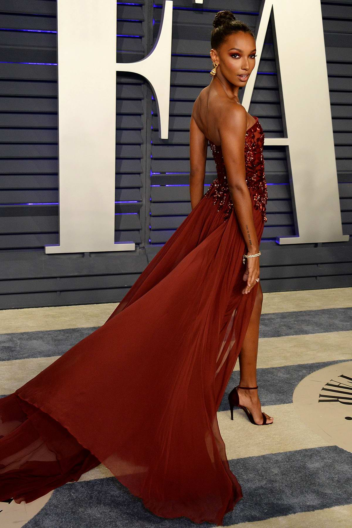 Jasmine Tookes Attends The Vanity Fair Oscar Party At Wallis Annenberg Center For The Performing Arts In Beverly Hills California 240219 8