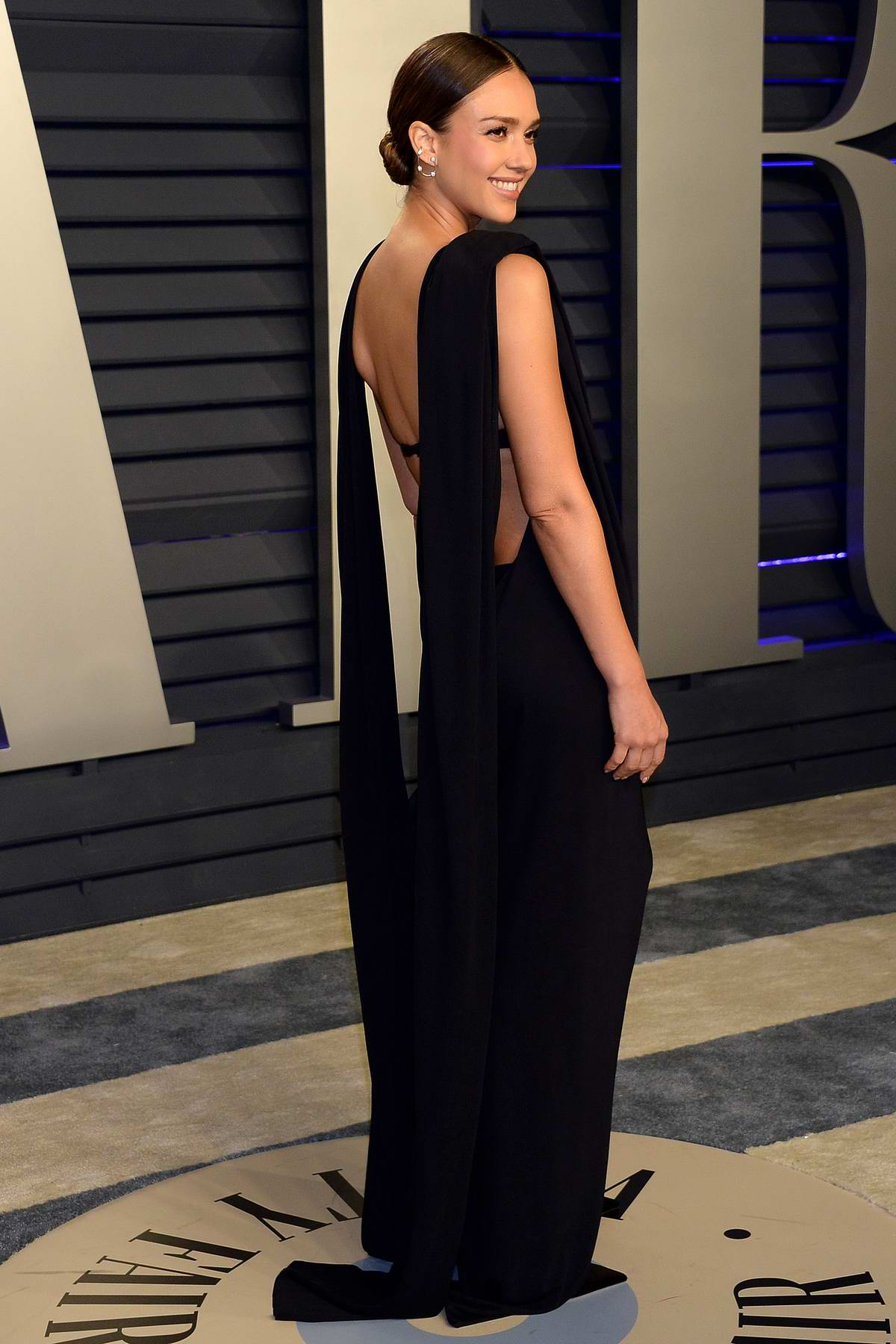 1fe938eb796 jessica alba attends the vanity fair oscar party at wallis annenberg ...