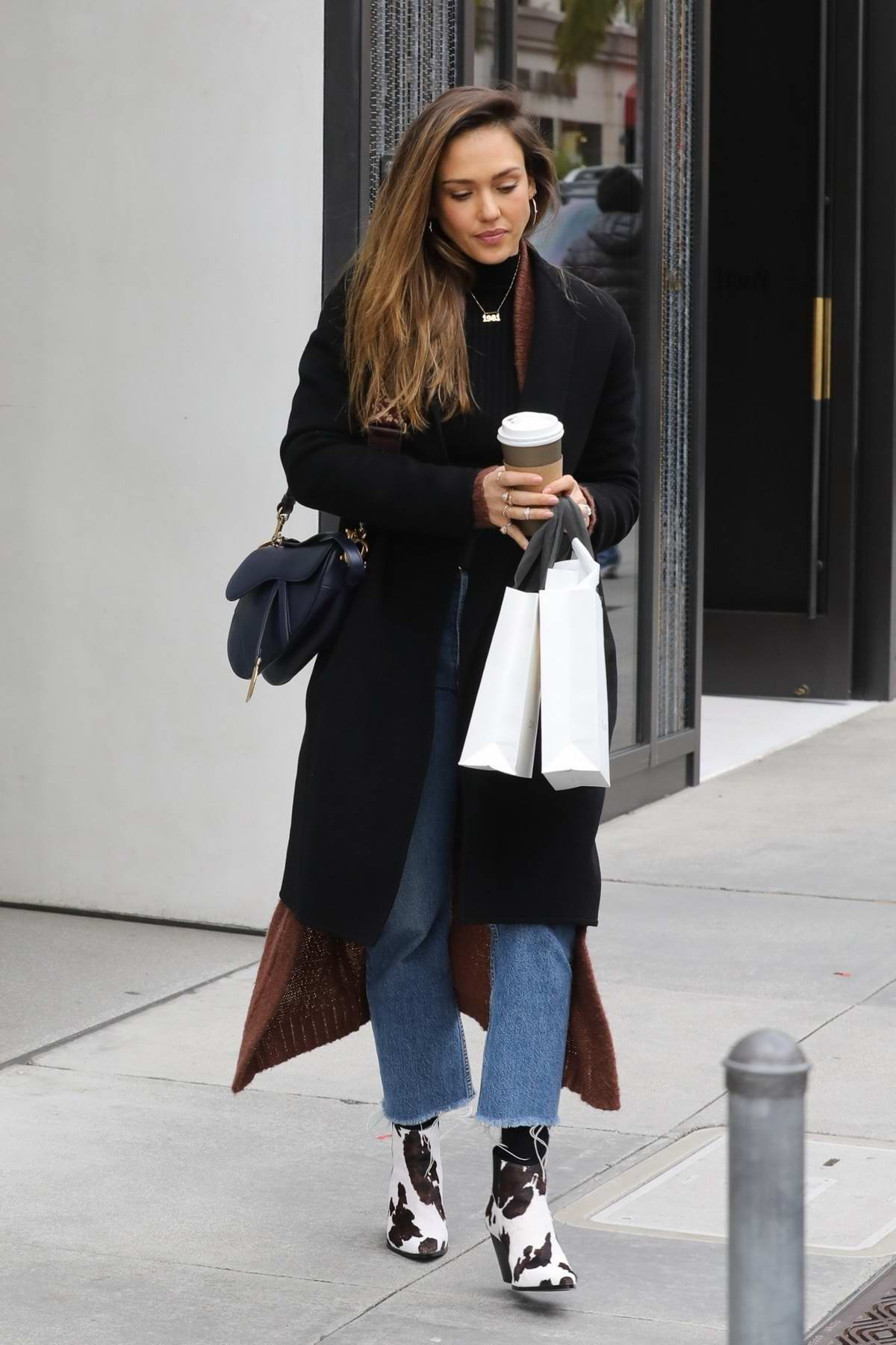 Jessica Alba enjoys a day of shopping on Rodeo Drive in Beverley Hills, Los Angeles