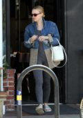 Dakota Fanning and her mom fuel up with lunch before continuing their house hunt in Los Angeles