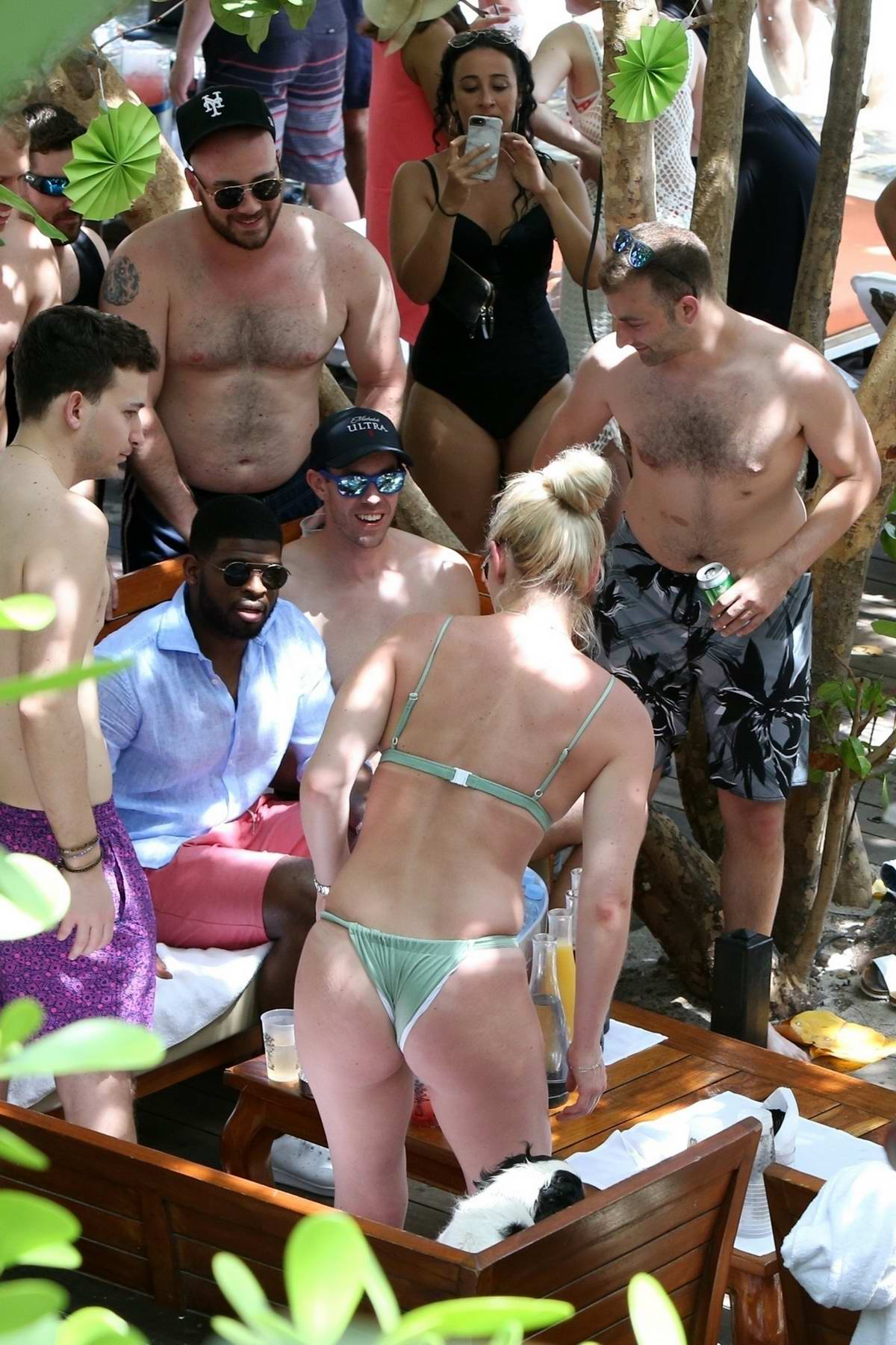 Bikini While A Green Vonn In Enjoying Pool Party Lindsey Spotted tsdCQrh