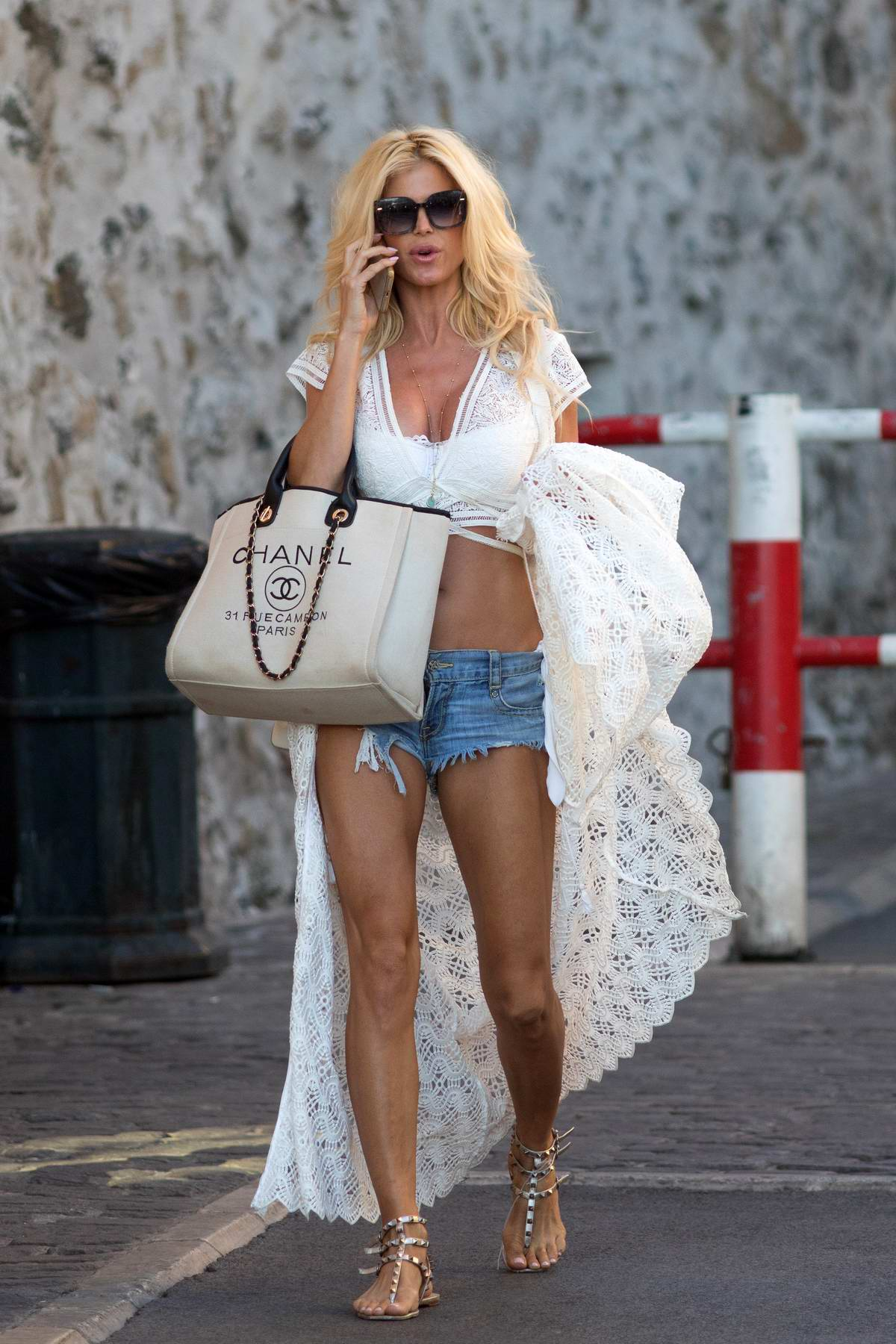 Victoria Silvstedt steps out to meet a couple of friends in Saint-Tropez, France