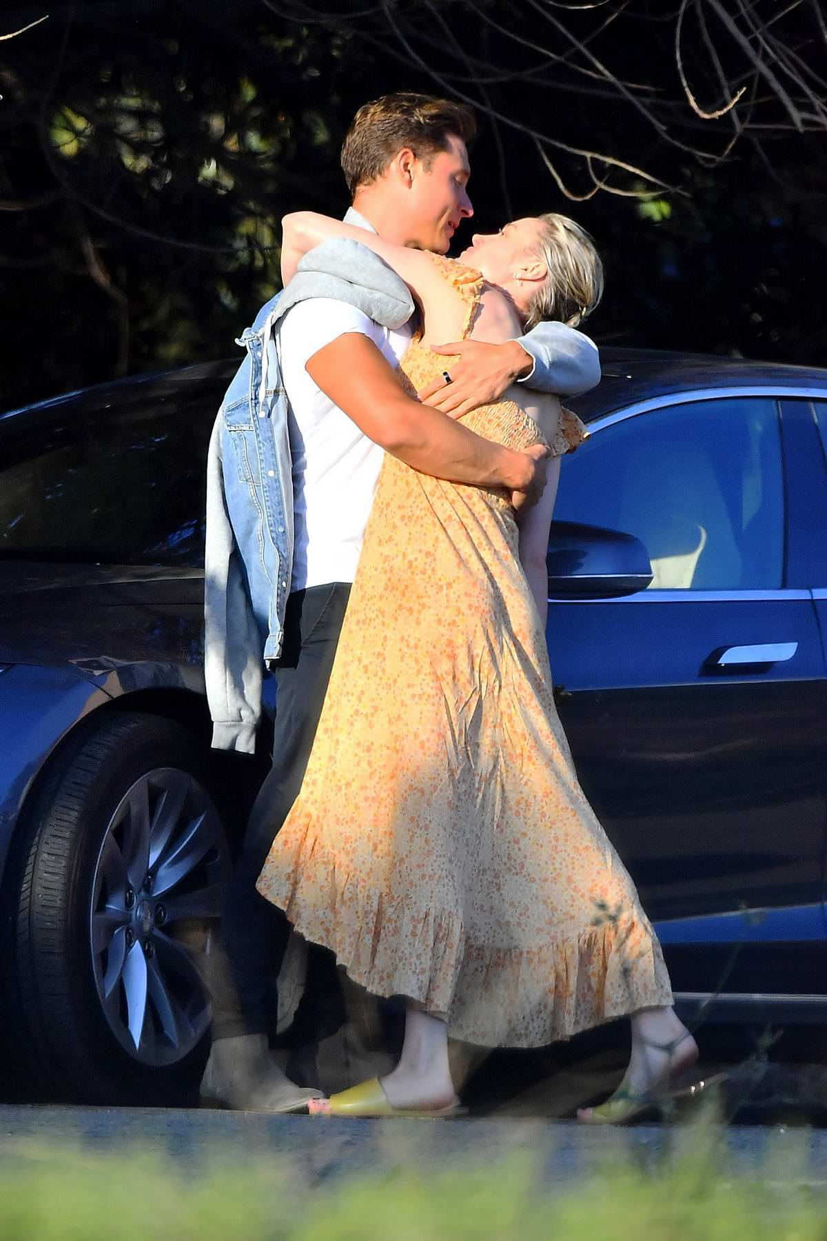 Brie Larson packs on some serious PDA with Elijah Allan-Blitz while shopping groceries in Calabasas, California