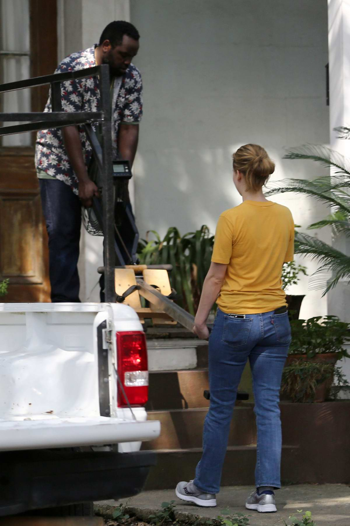 Jennifer Lawrence helps unloading a rowing machine on the set of 'untitled Lila Neugebauer project' in New Orleans