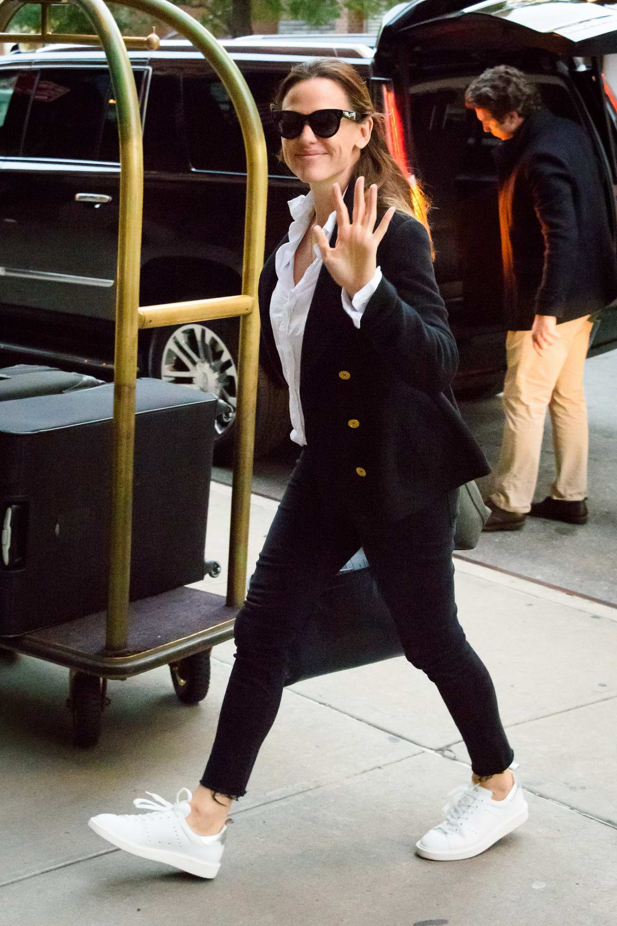 Jennifer Garner smiles and waves for the camera as she arrives at her hotel in New York City