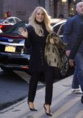 Carrie Underwood waves for the camera as she arrives at 'Good Morning America' in New York City