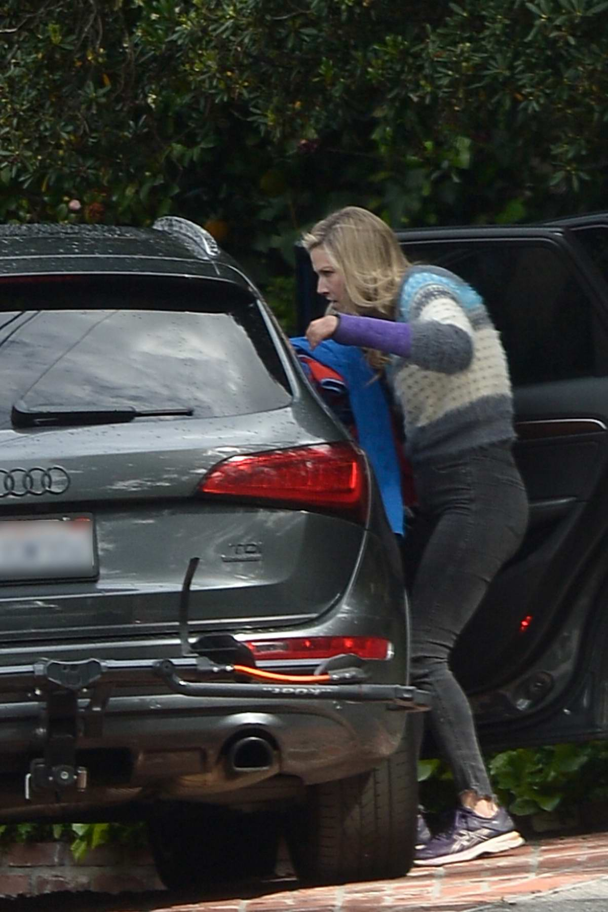 Ali Larter spotted packing up her car with blankets before heading out for a hike in Los Angeles
