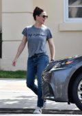 Jennifer Garner keeps it casual in jeans and tee while out for lunch before running errands in Brentwood, California