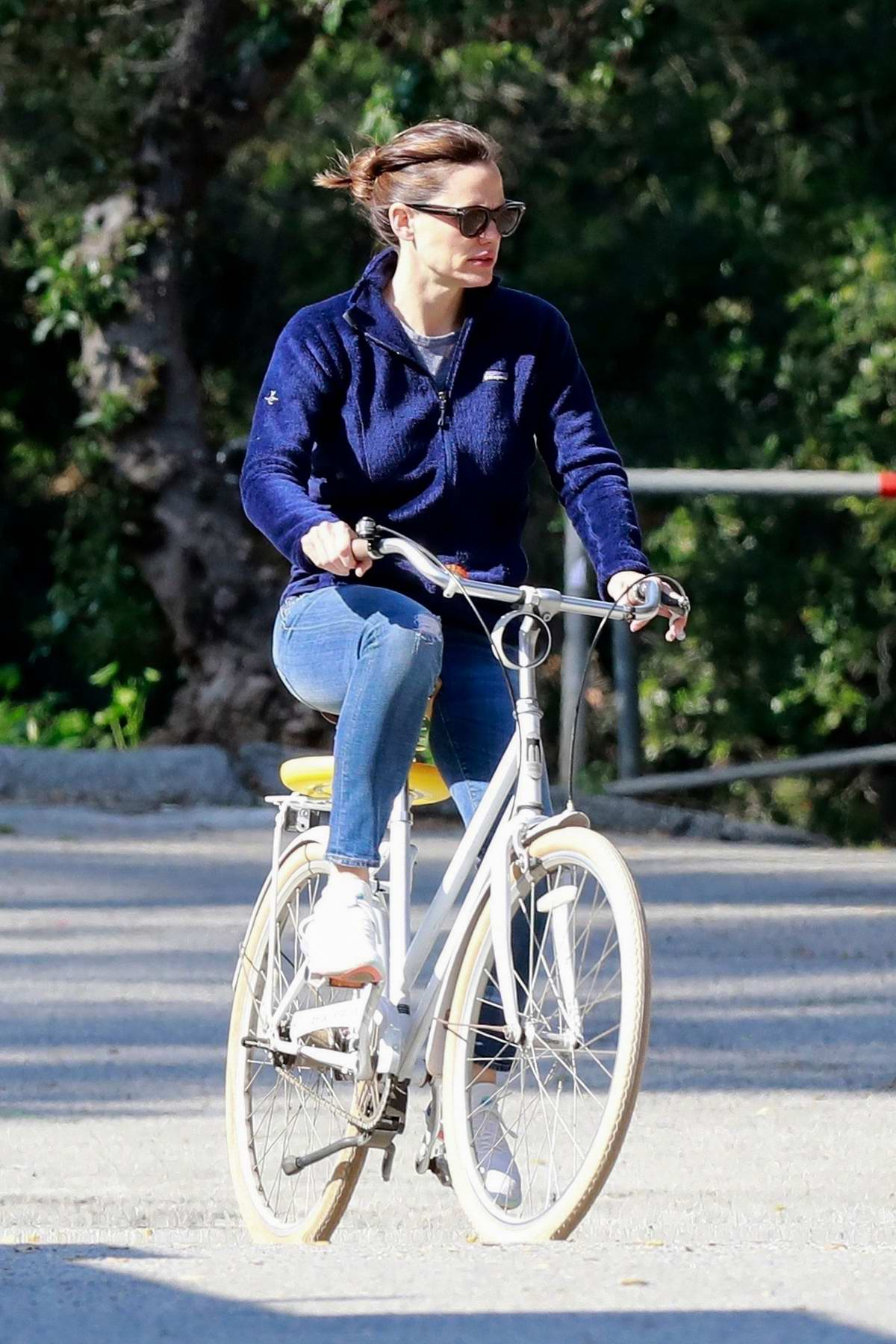 Jennifer Garner takes a break from self quarantine and enjoys some bike ride in Pacific Palisades, California