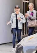 Sarah Michelle Gellar grabs an iced drink with friends after a workout session in Brentwood, California