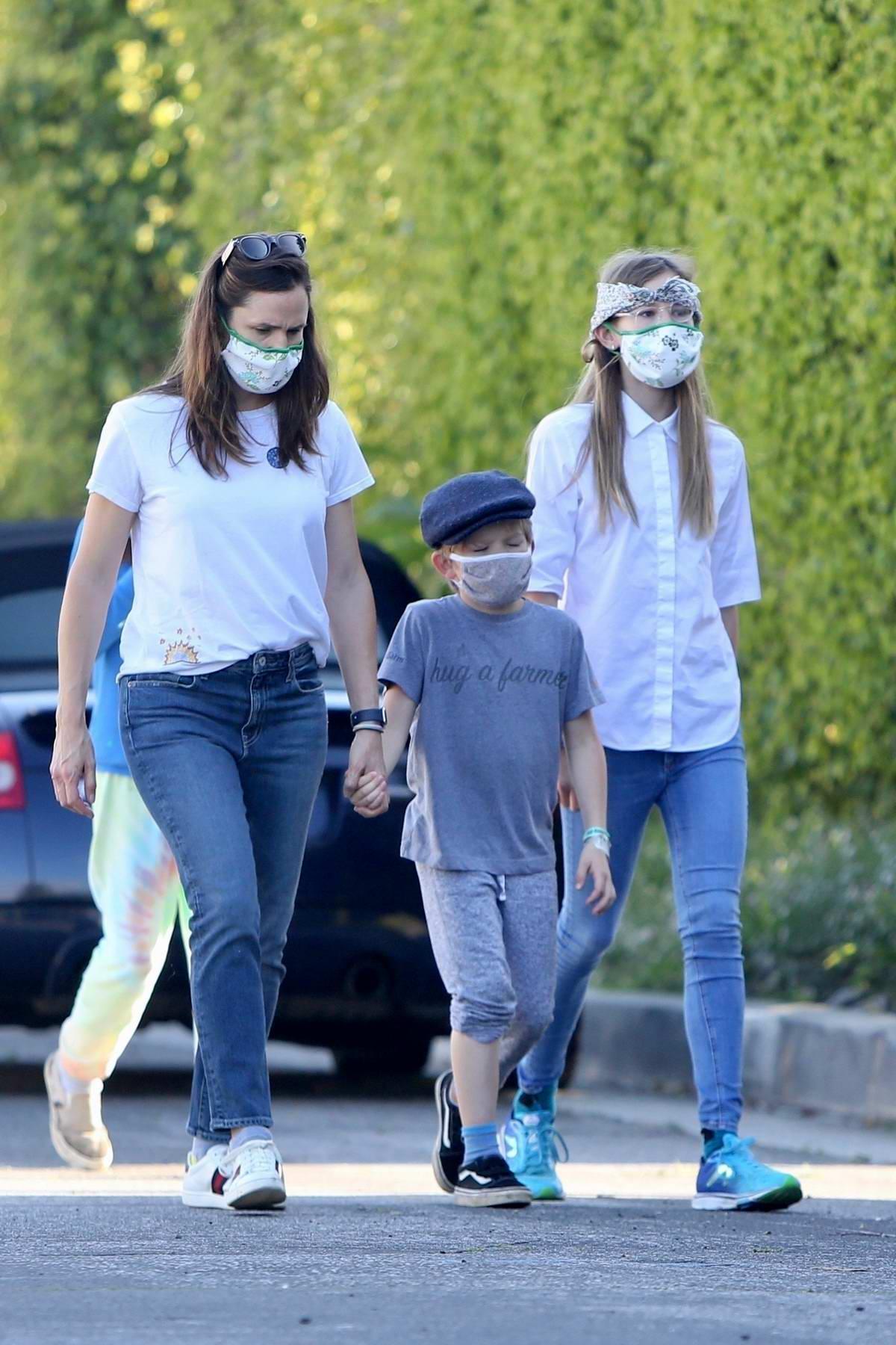 Jennifer Garner and her kids seen wearing masks while enjoying a hike in Brentwood, California