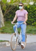 Jennifer Garner enjoys a bike ride around the neighborhood of Santa Monica, California