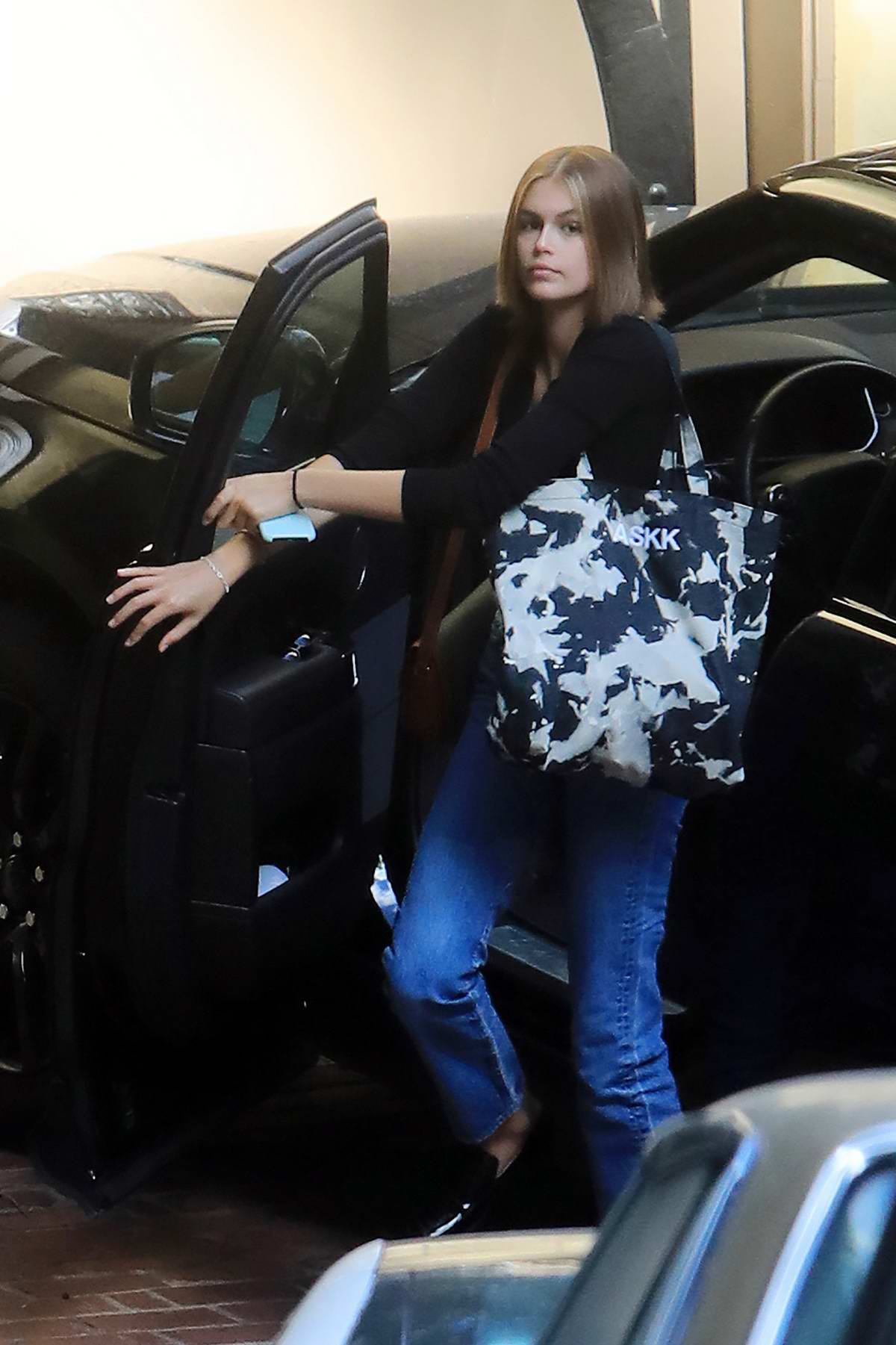 Kaia Gerber debuts her new hair color as she steps out in Malibu, California
