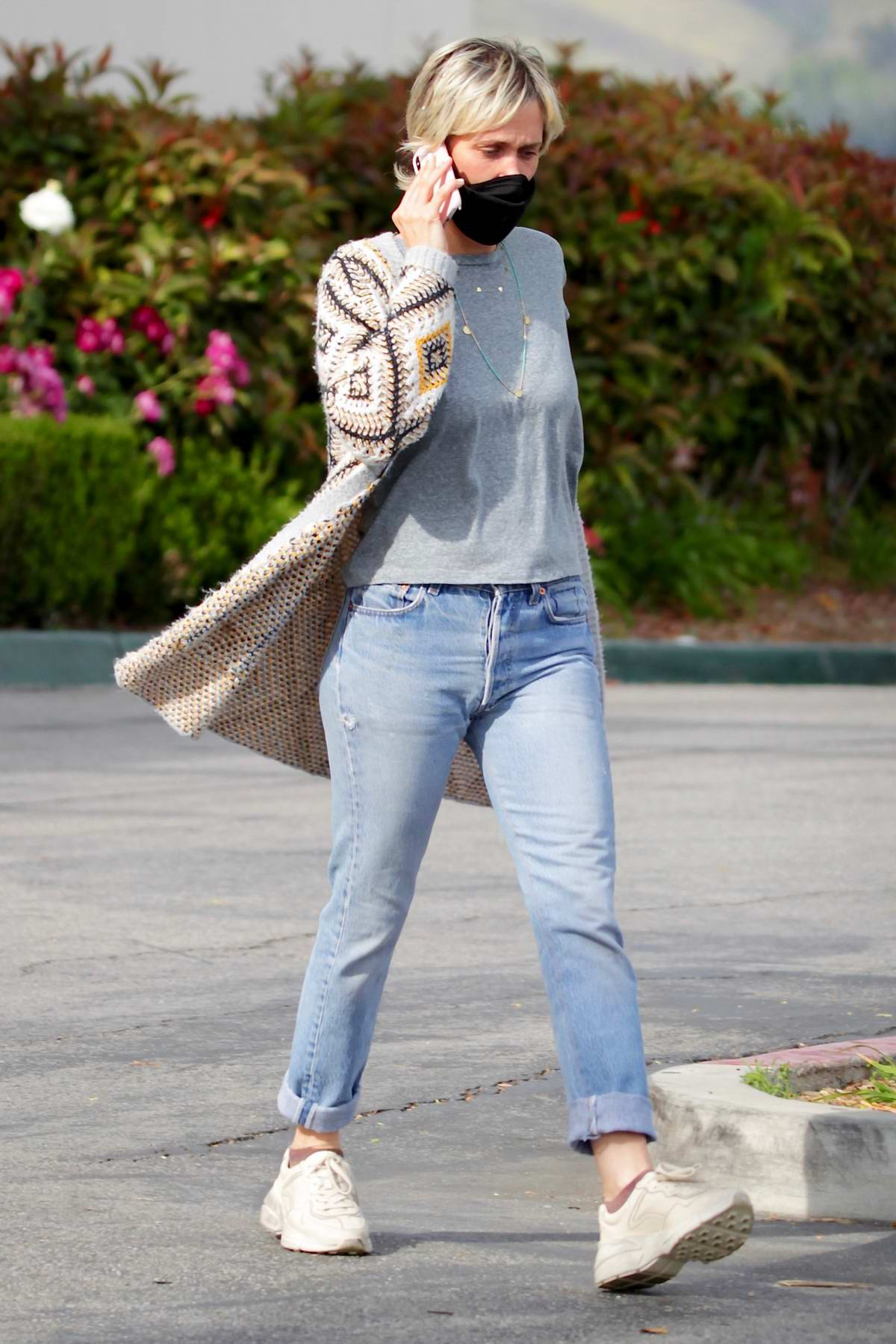 Kristen Wiig and fiance Avi Rothman seen while shopping groceries at Erewhon supermarket in Calabasas, California